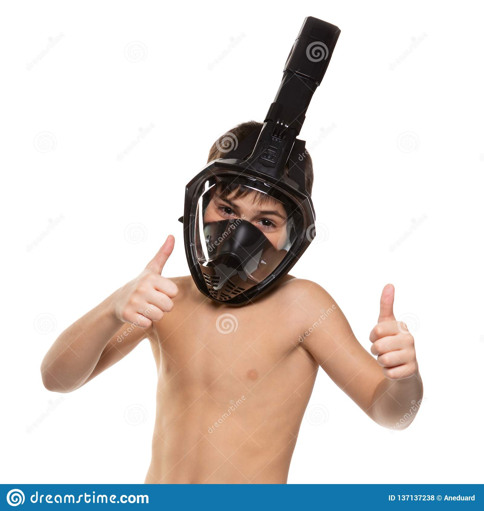 De jongensatleet met een volledig gezicht het duiken masker op zijn gezicht, jongen toont gebaren, levensstijlconcept, op een wit