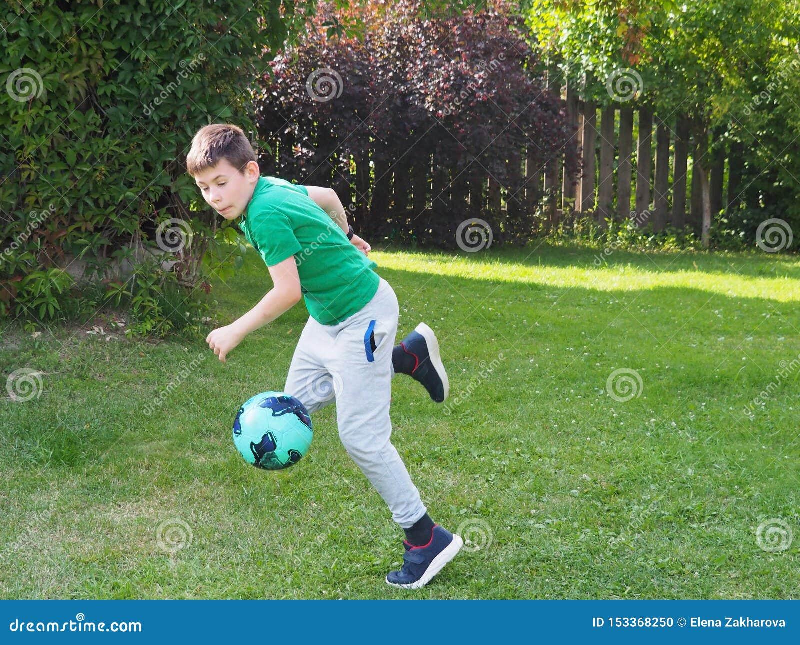 De jongenslooppas met een voetbalbal