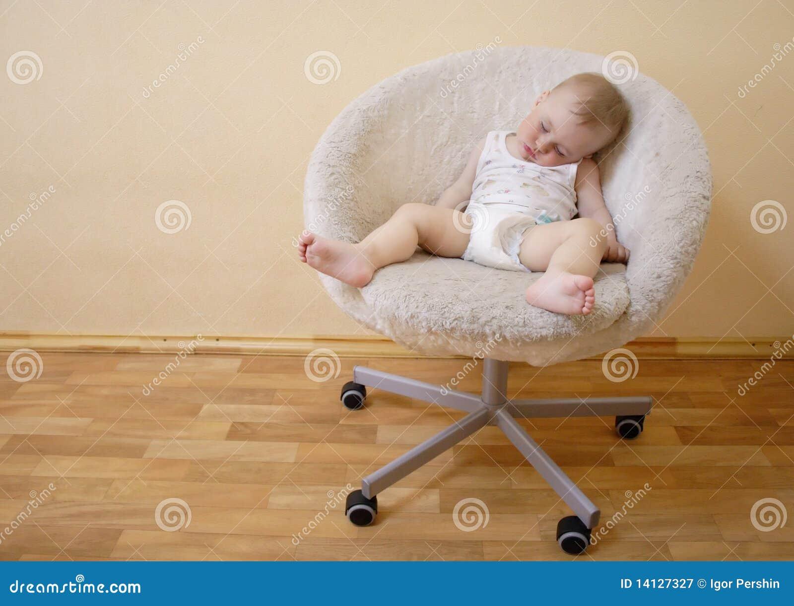 De jongensslaap van de baby op stoel