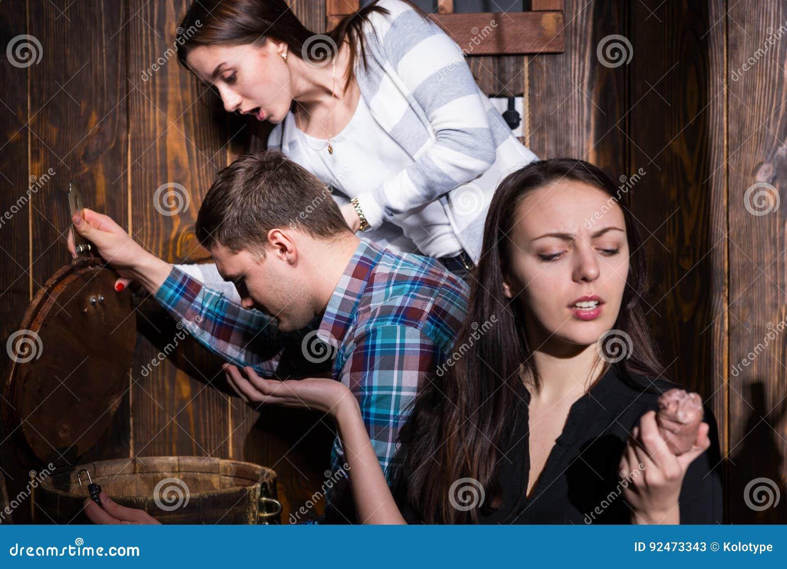 De jongeren opende een vat en het proberen om op te lossen een raadsel aan