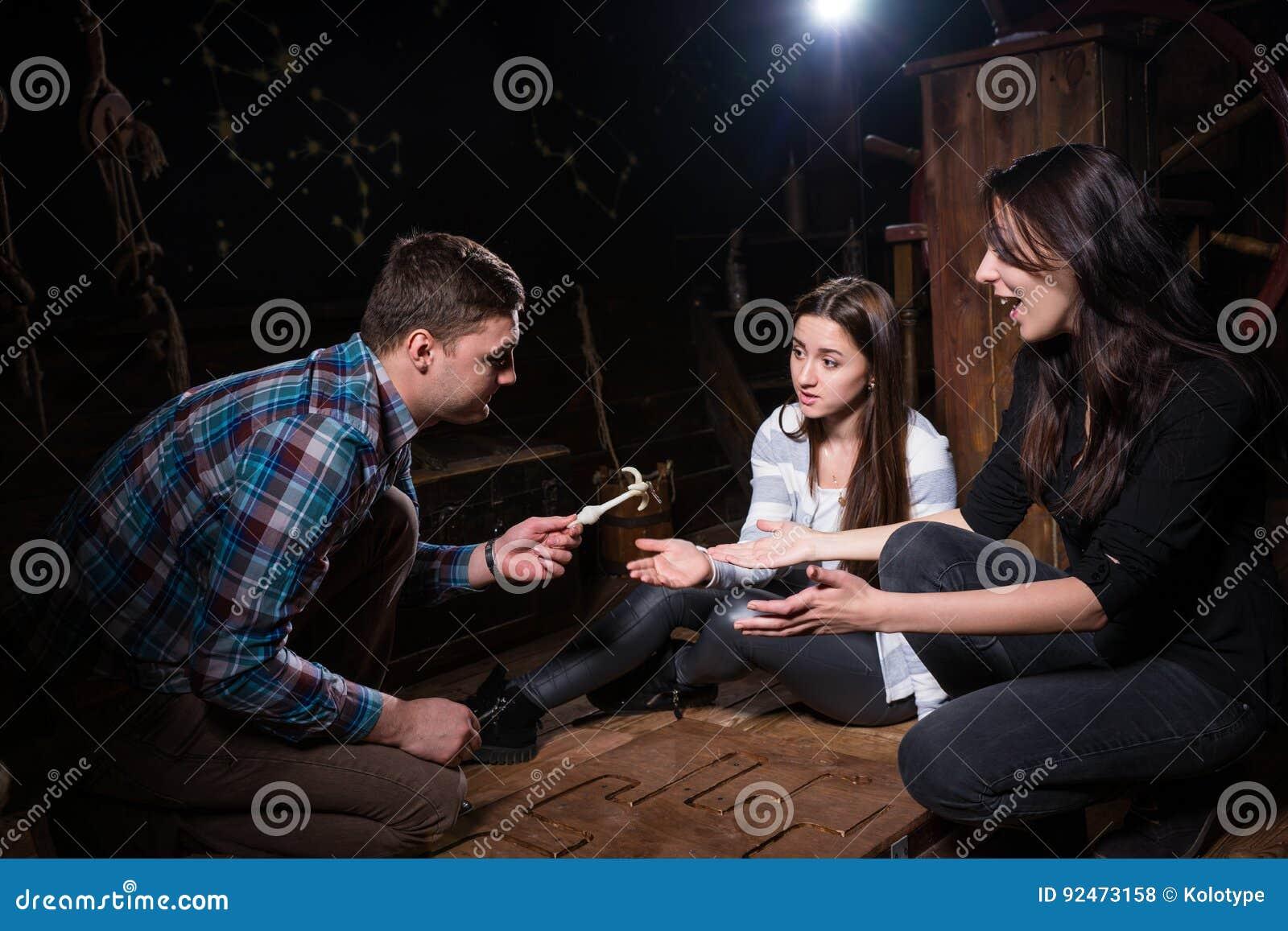 De jongeren verheugt zich dat zij oplosten een raadsel en o zullen krijgen