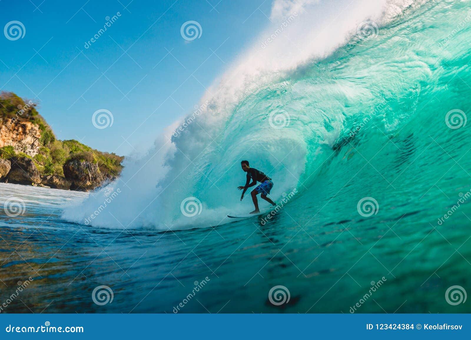 29 DE JULHO DE 2018 Bali, Indonésia Passeio do surfista na onda do tambor Surfar profissional no oceano em ondas grandes
