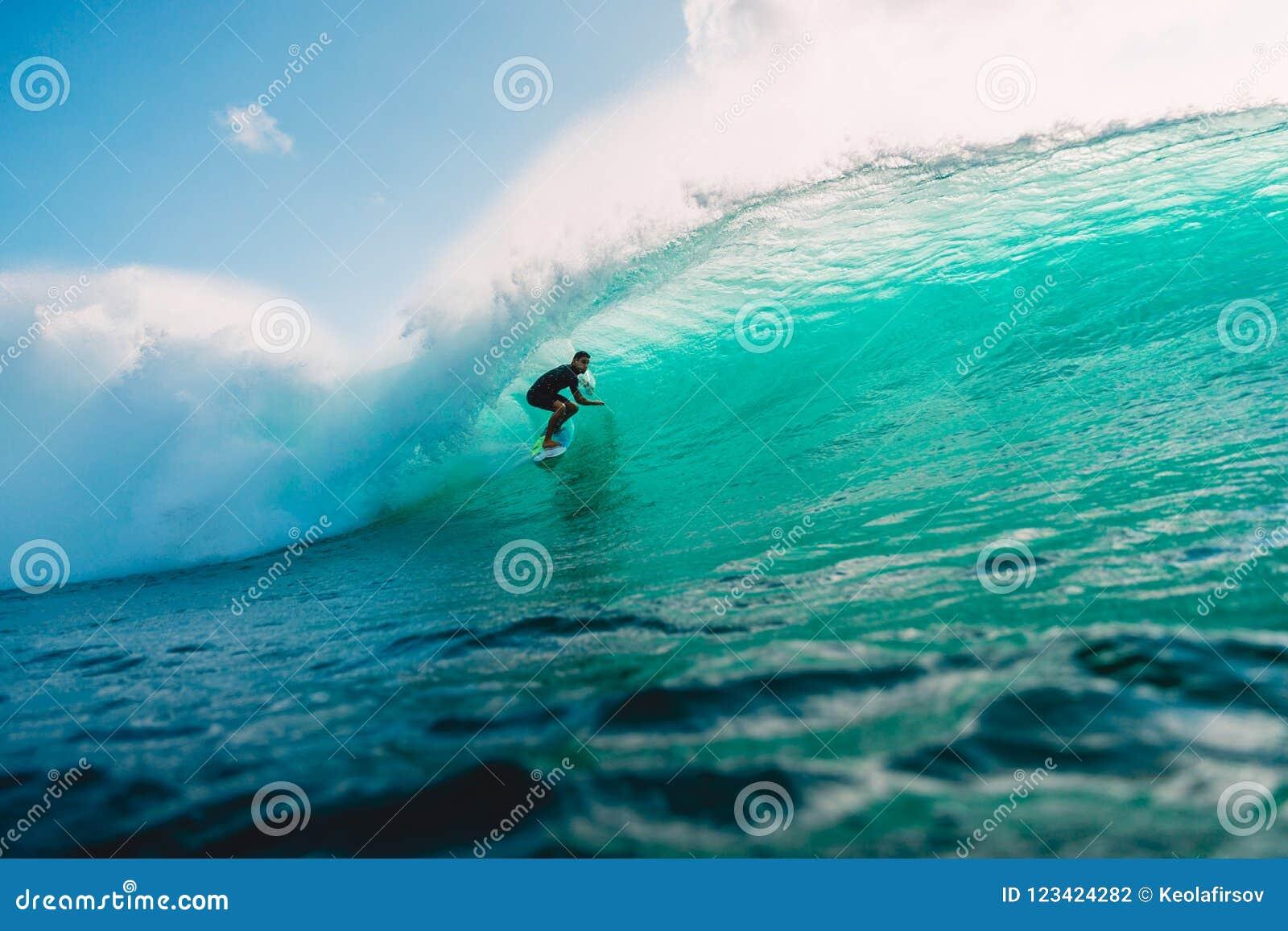 29 DE JULIO DE 2018 Bali, Indonesia Paseo de la persona que practica surf en onda del barril El practicar surf profesional en el