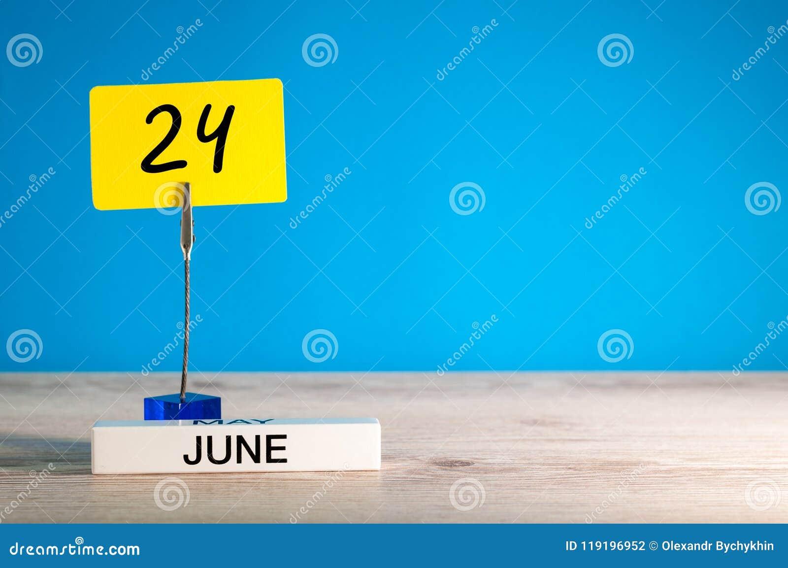 24 de junho Dia 24 do mês de junho, calendário na tabela com fundo azul Horas de verão, espaço vazio para o texto ou molde