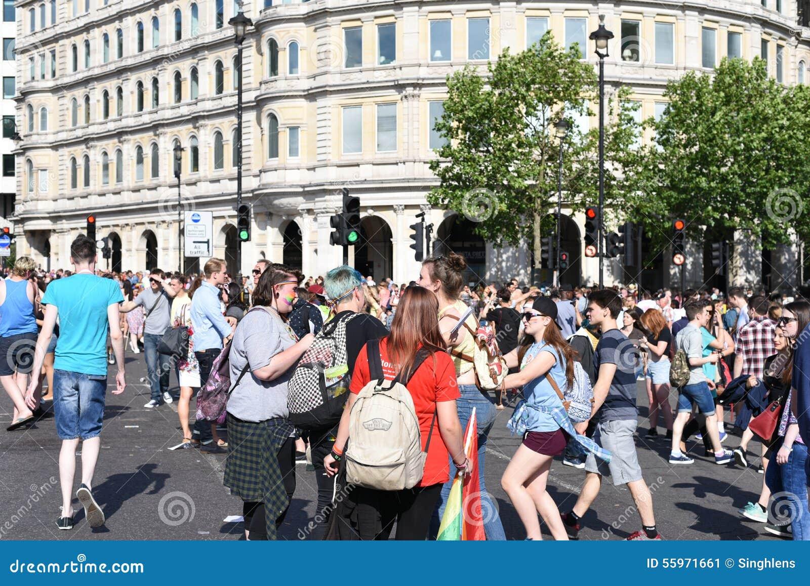 27 de junio de 2015: Londres, Reino Unido, gente no identificada en entusiasmo completo en Pride In London Parade en Trafalgar Sq