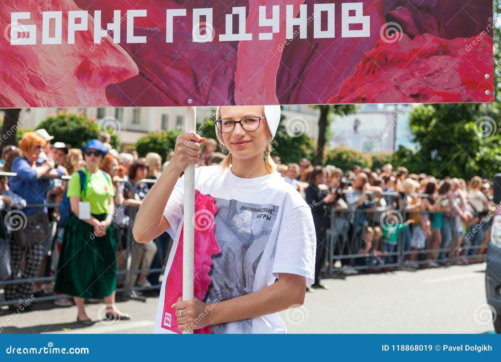 12 de junio de 2018, RUSIA, VORONEZH: Desfile de los teatros de la calle Festival platónico internacional