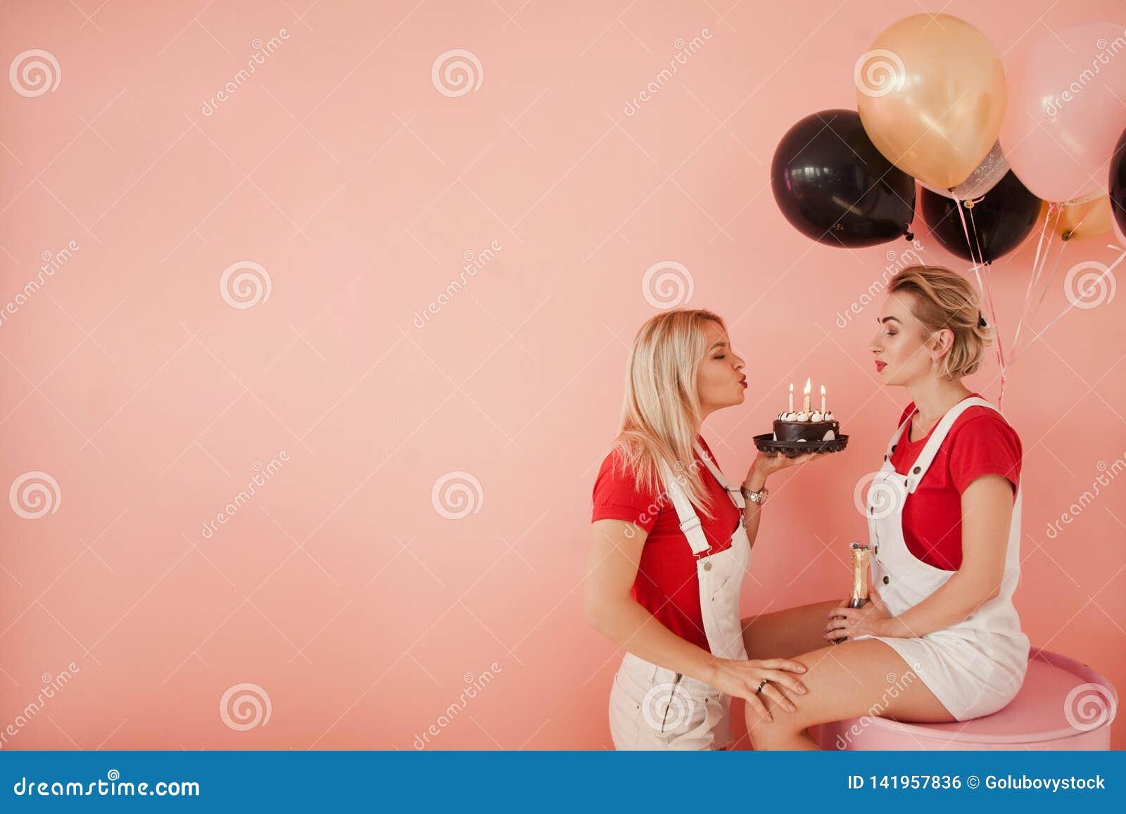 De kaars van de van de achtergrond vriendschapsverjaardag meisjesslag