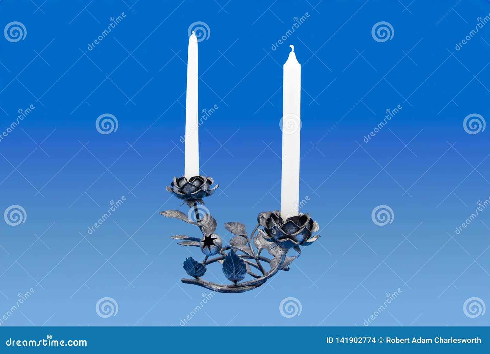 De kaarsen en het ijzer namen houder toe
