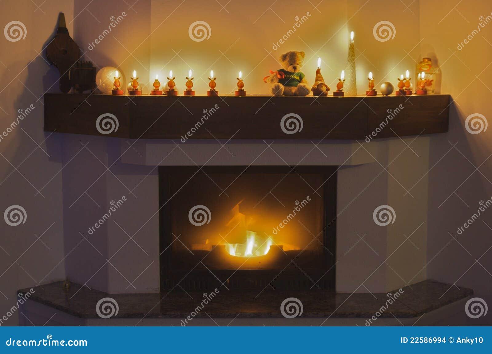 De kaarsen van de open haard en van het rendier voor kerstmis ...