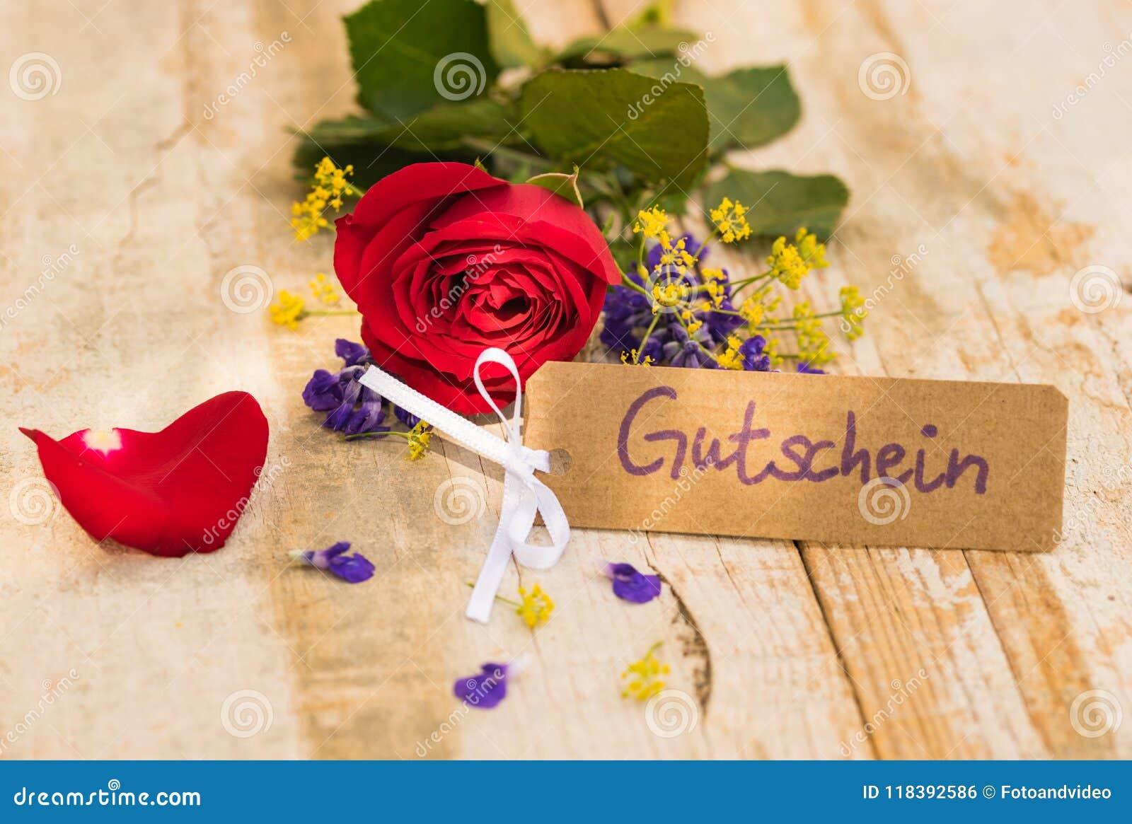 De kaart met Duitse woord, Gutschein, middelenbon of coupon en rood nam voor Moedersdag of Valentine toe