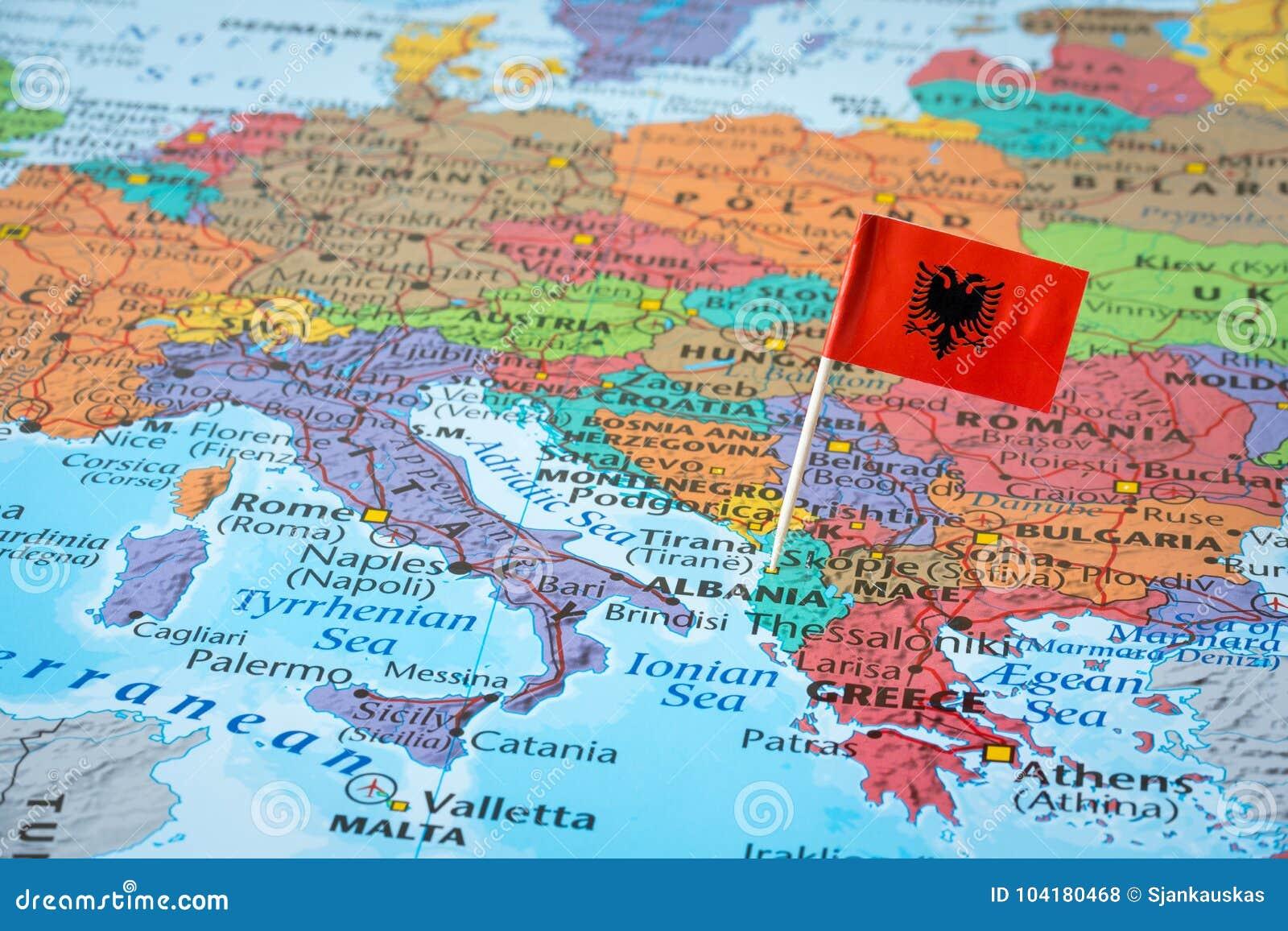 De kaart van Albanië en vlagspeld