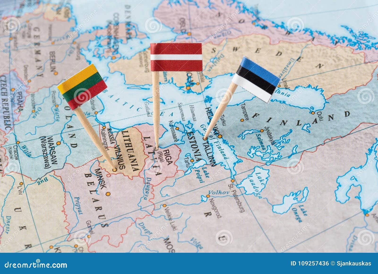 De kaart van Baltische staten met vlagspelden