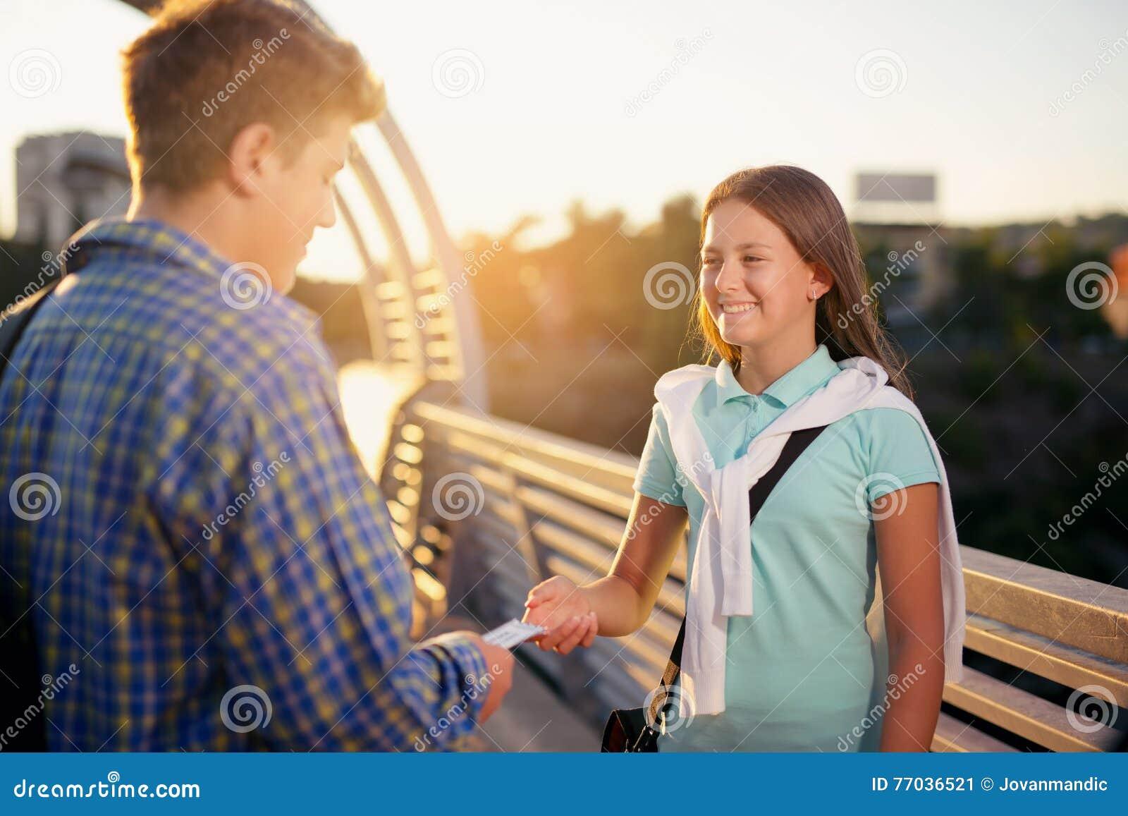 De kaartjes van de tienerholding voor de bioskoop, geven hen aan het meisje