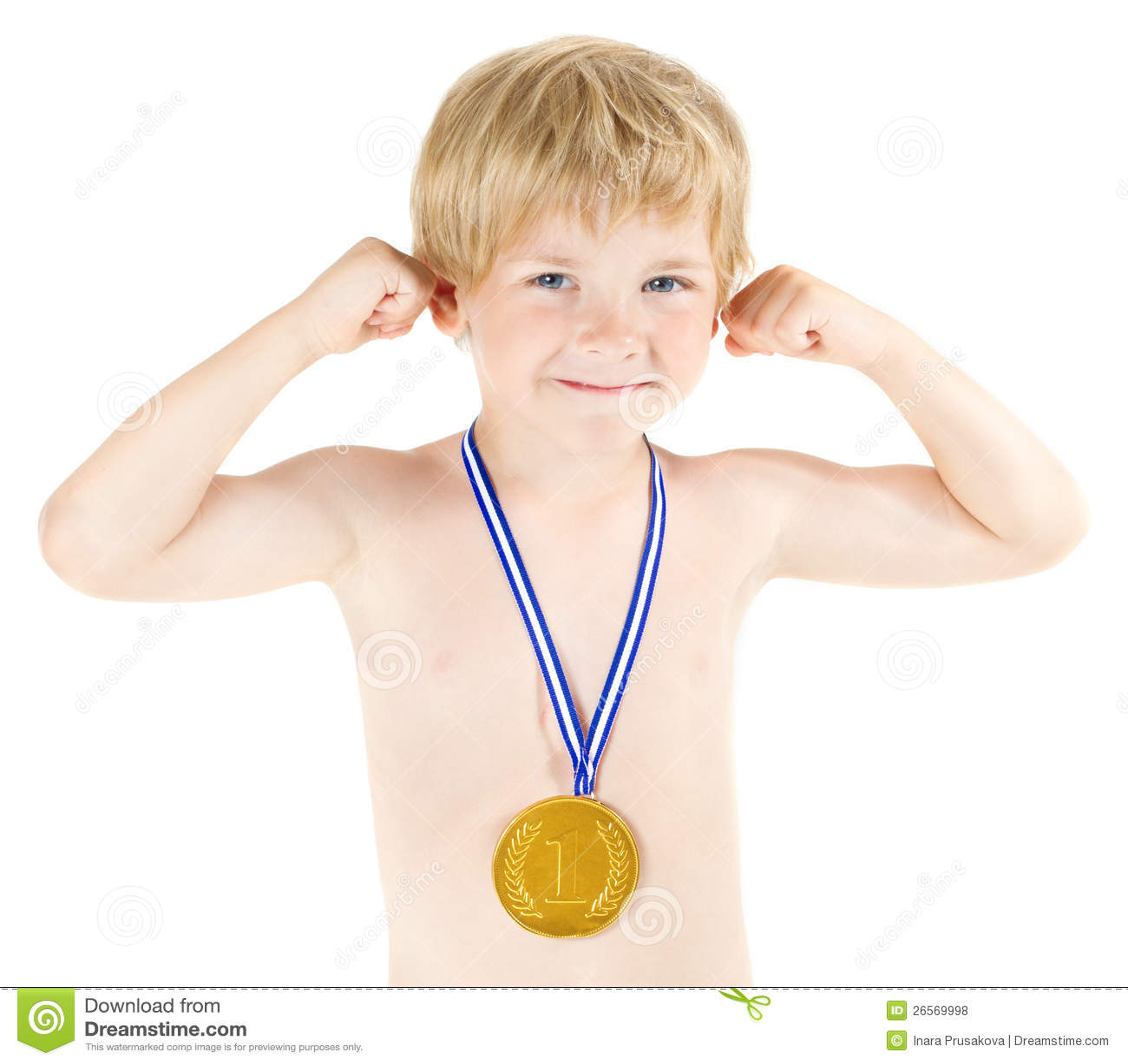 De kampioen van de jongen met gouden medaille. Omhoog opgeheven handen