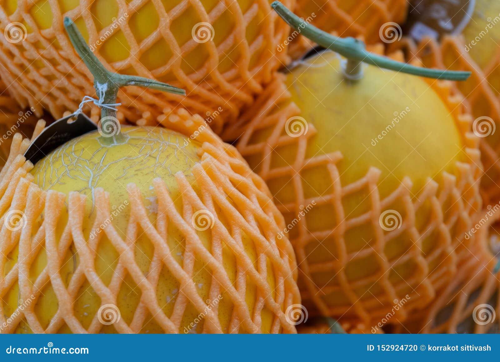 De Kantaloep van het meloenfruit met schuim netto in fruitmarkt