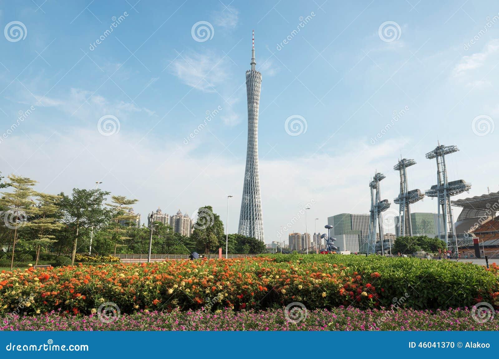 De kantontoren onder blauwe hemel, Guangzhou-TV en de Sightseeingstoren, het stadsoriëntatiepunt en de toevlucht bij guangzhou re
