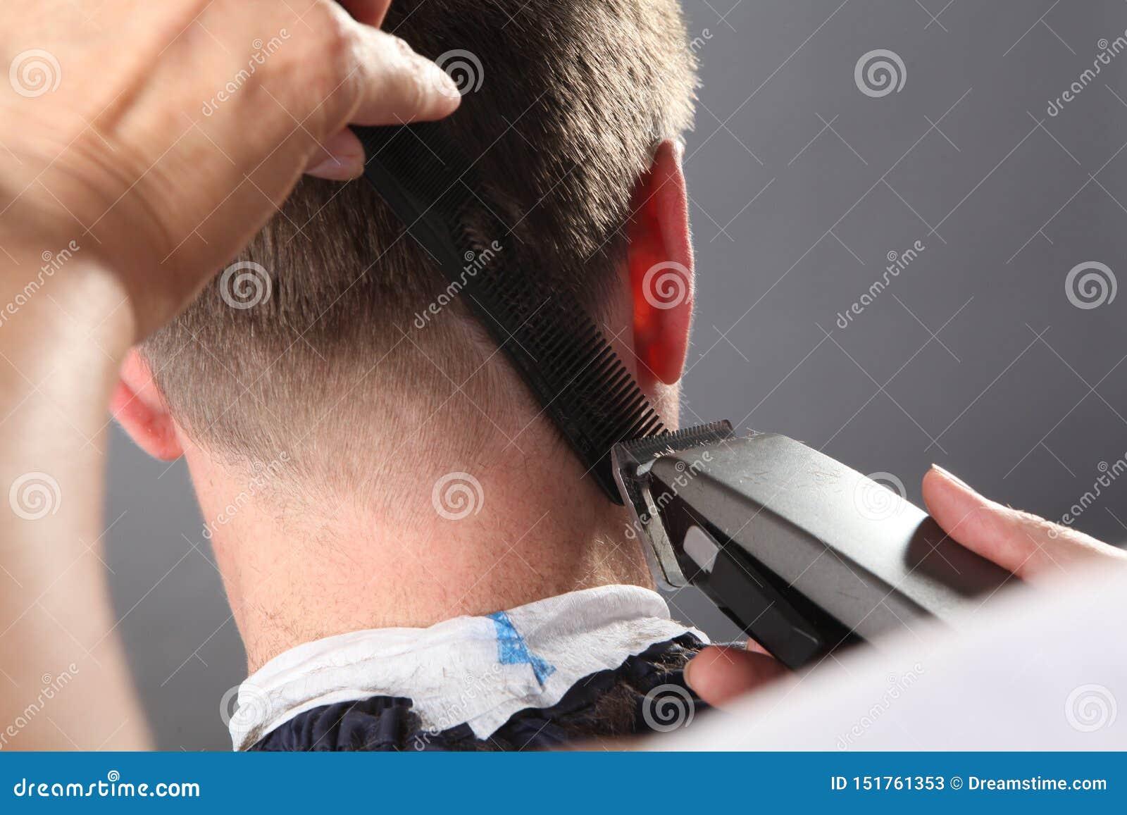 De kapper maakt tot kapsel een mens