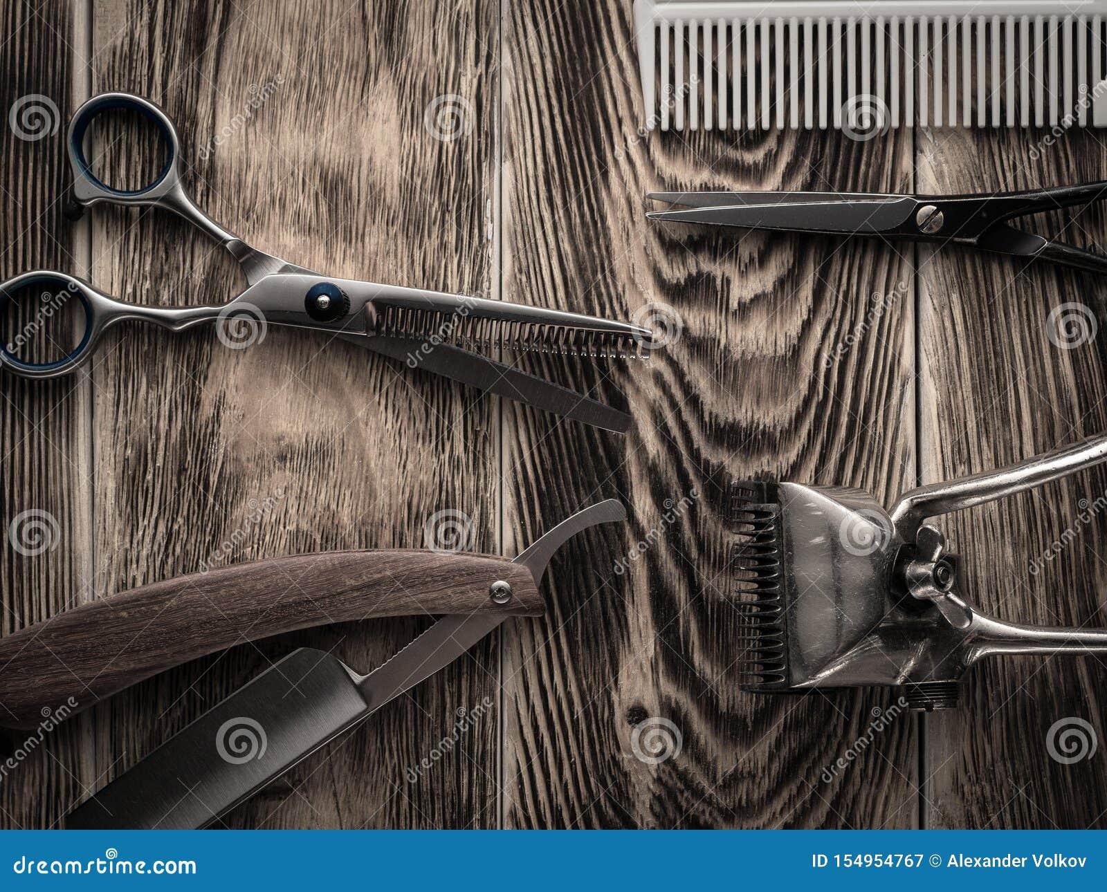 De kapper winkelt hulpmiddelen op houten bureau gepasteuriseerd beeld