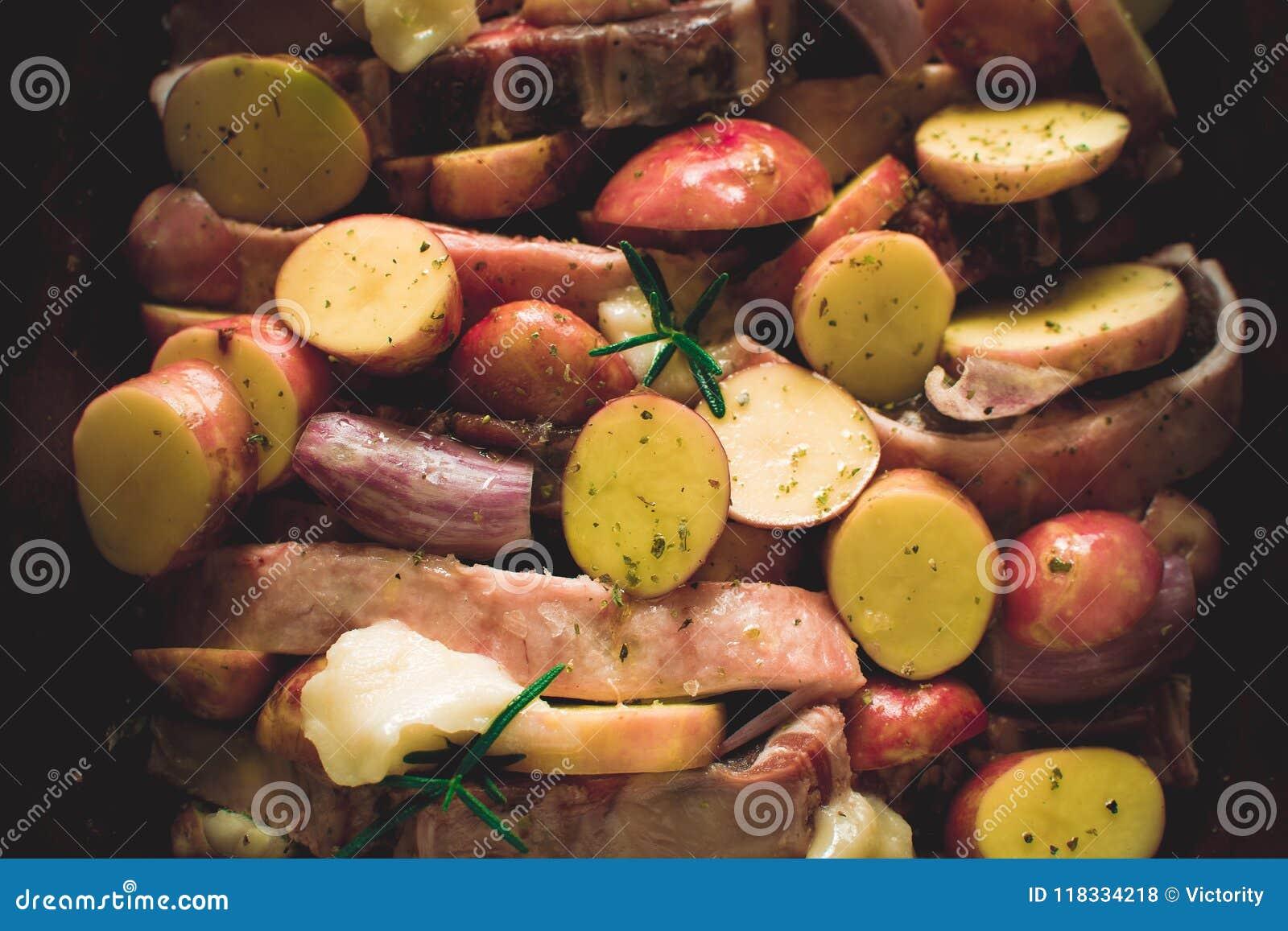 De Karbonades van het lamslendestuk met Groenten in Rustiek Clay Dish Prepared voor het Roosteren
