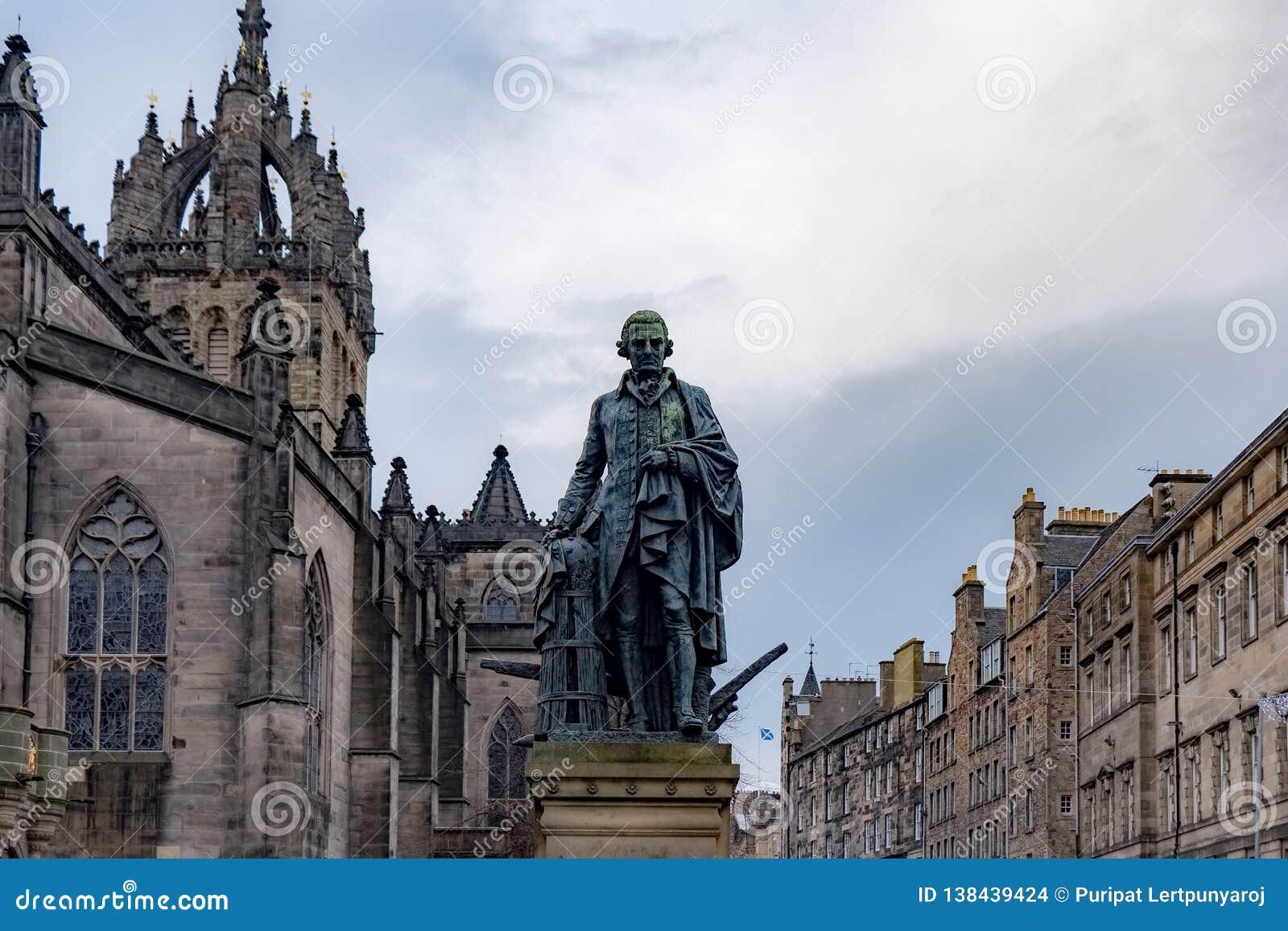De Kathedraal van Adam Smith Statue en St Giles, Edinburgh, het Verenigd Koninkrijk