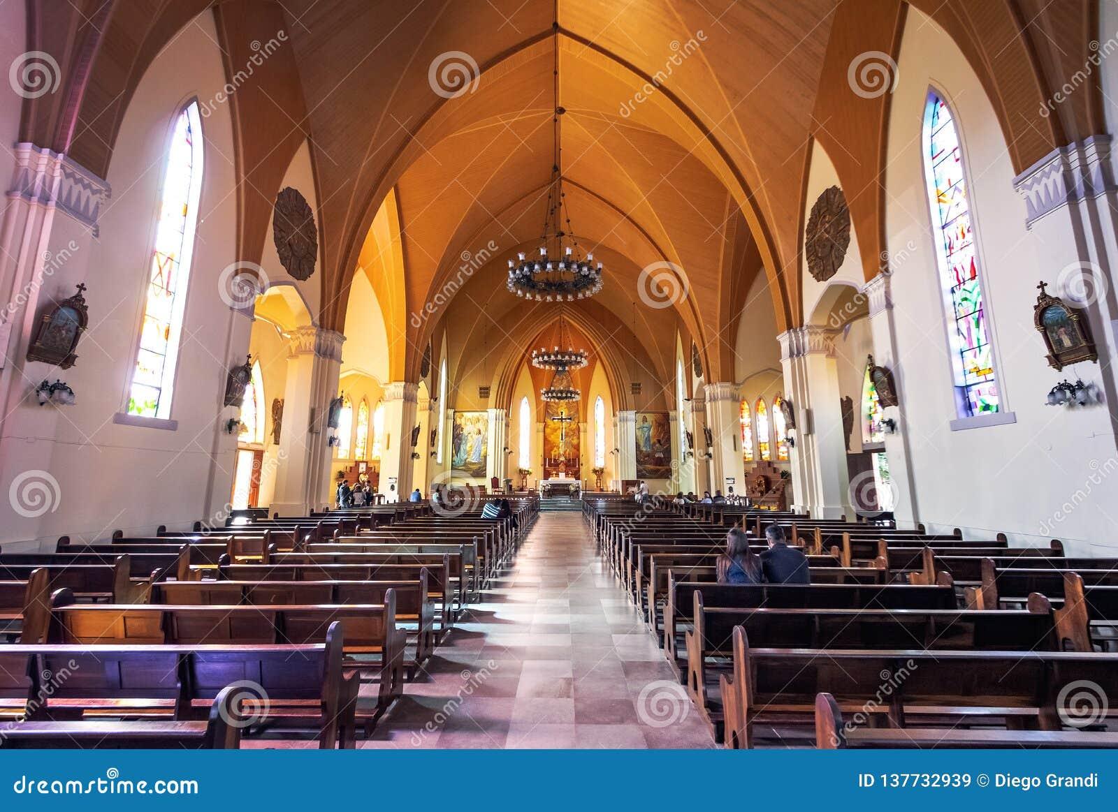 De Kathedraal van de Canelasteen Onze Dame van Lourdes kerkbinnenland - Canela, Rio Grande doet Sul, Brazilië
