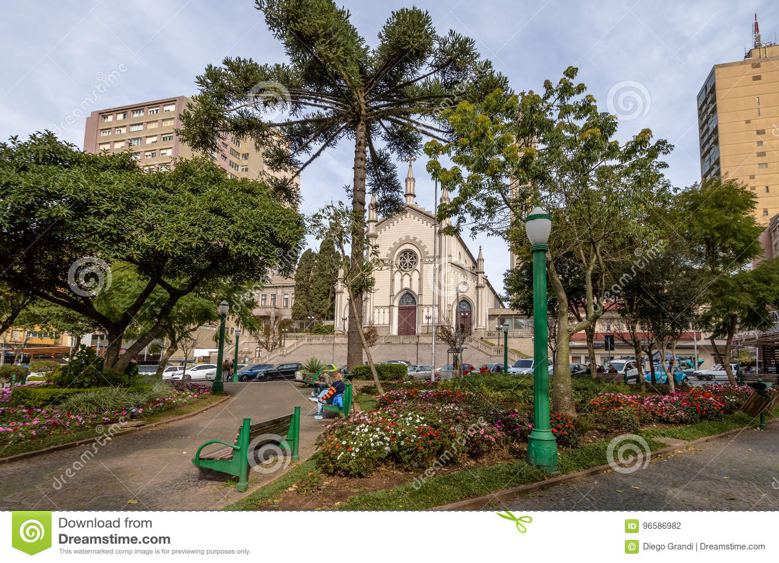 De Kathedraal van Dante Alighieri Square en van Santa Teresa D ` Avila - Caxias do Sul, Rio Grande doet Sul, Brazilië