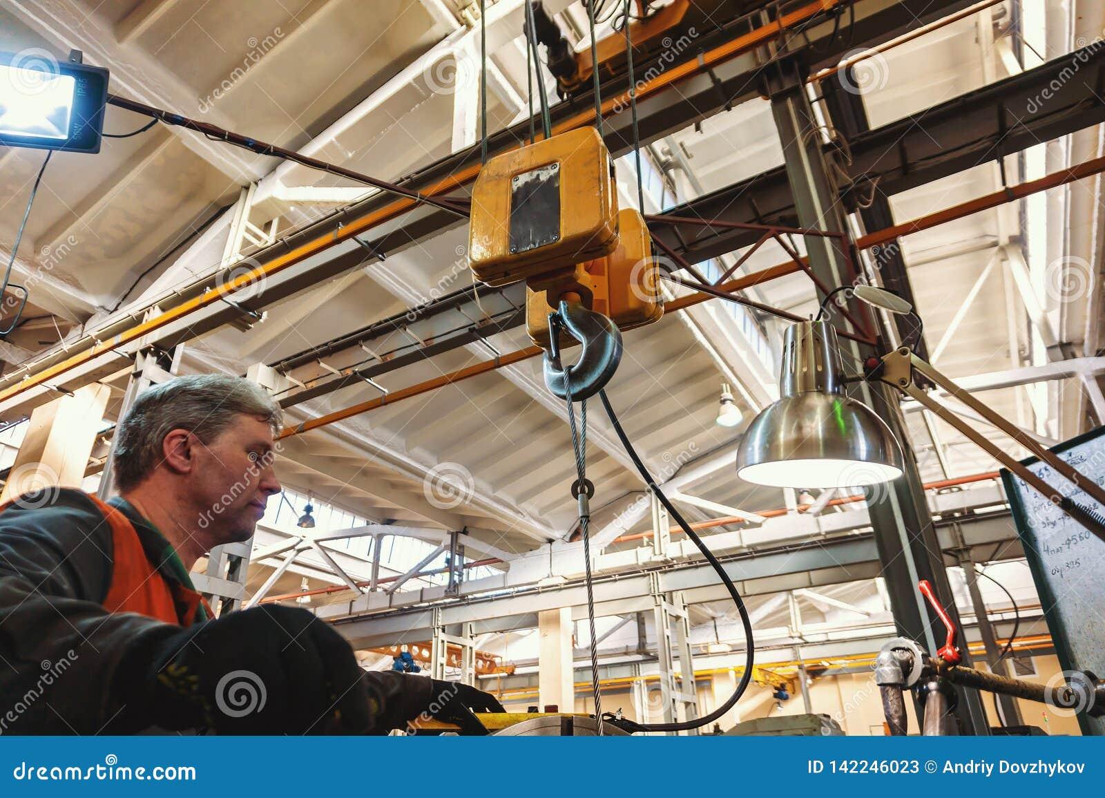 De keerderarbeider beheert het metaalbewerkende proces van mechanisch knipsel op een draaibank
