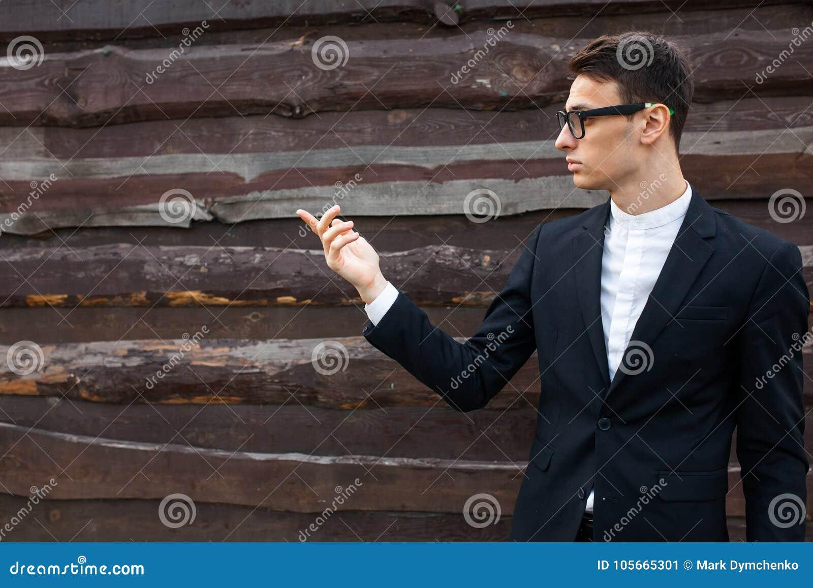 De kerel, mannetje, mens, stelt die uitgestrekte palm voor Toont aan dat handen