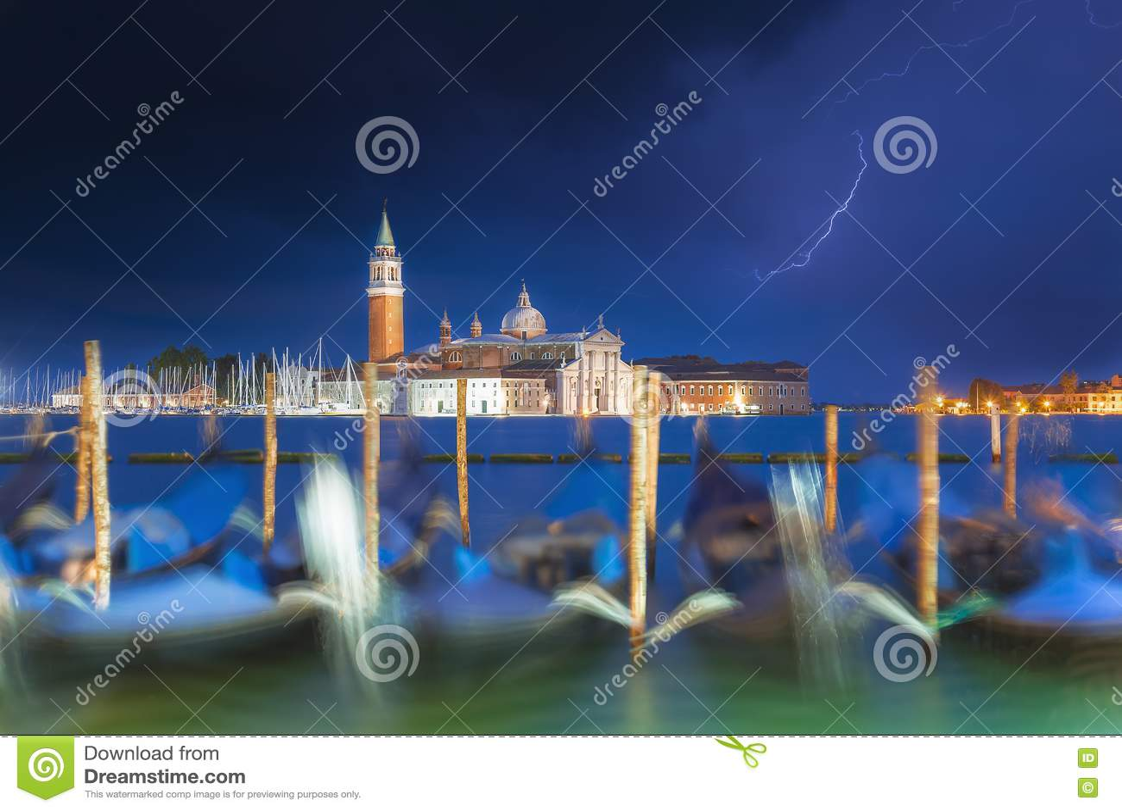 De kerk en de gondels van San Giorgio Maggiore in Venetië, Italië tijdens blauw uur met dramatische hemel en verlichting Nadruk o