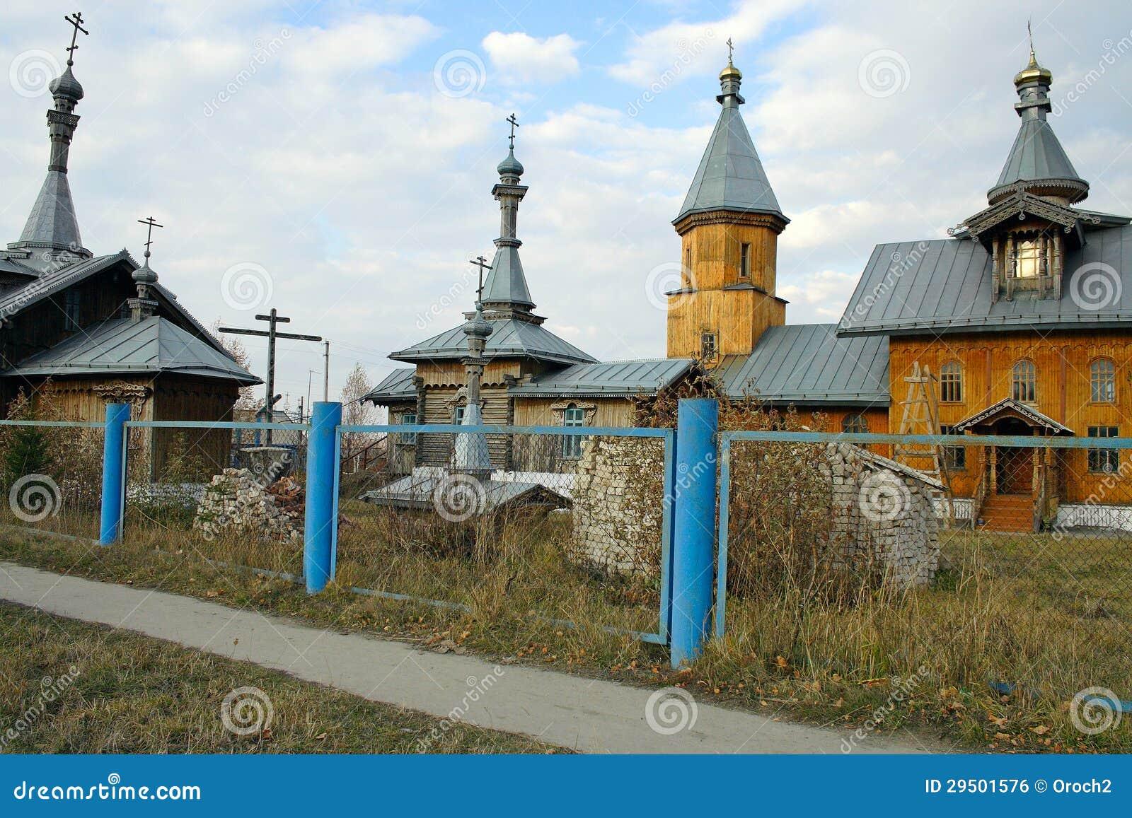 De kerk in het Siberische dorp