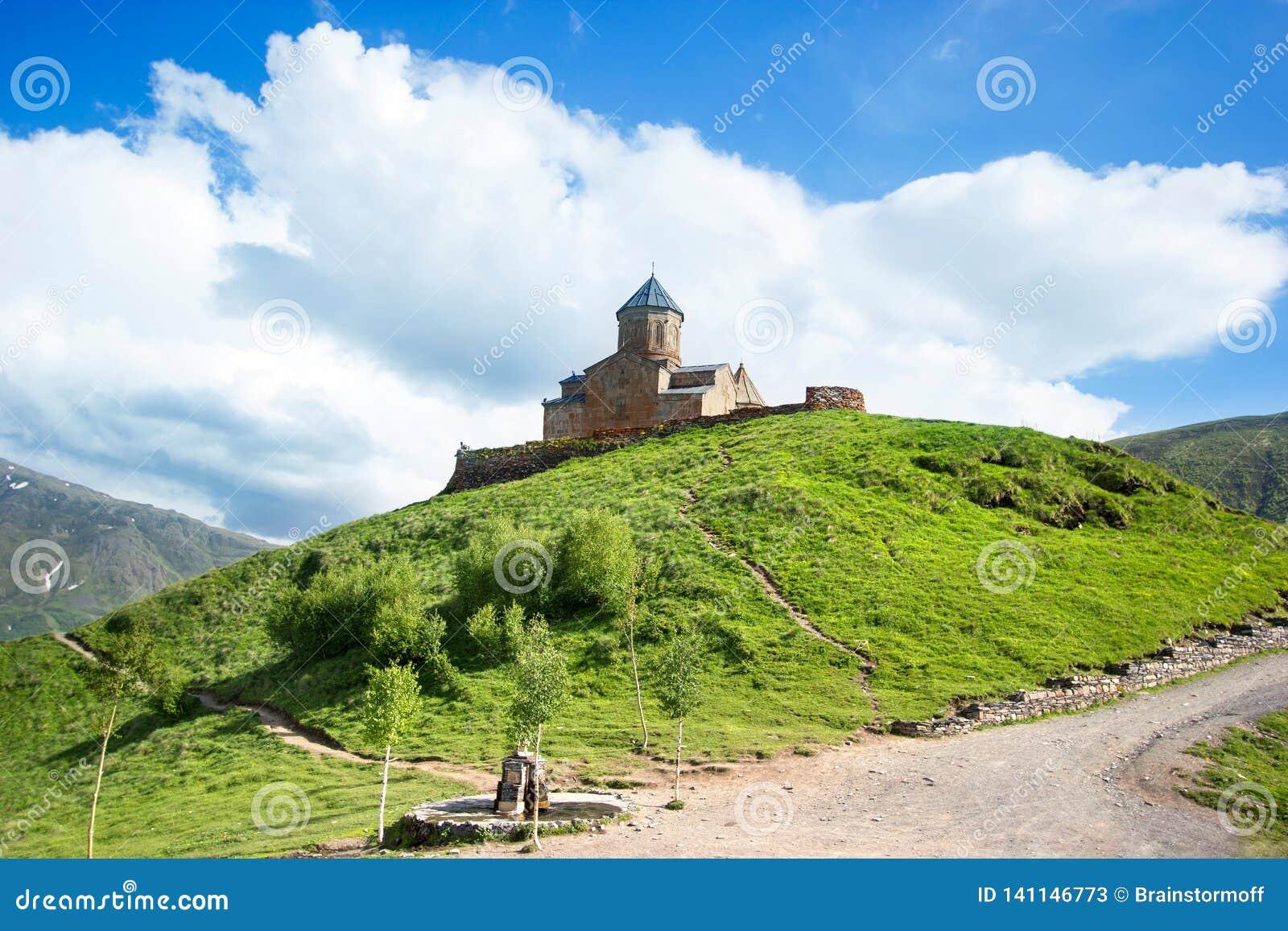 De Kerk van de Gergetidrievuldigheid, Tsminda Sameba op de heuvel dichtbij Kazbek-berg in Georgië