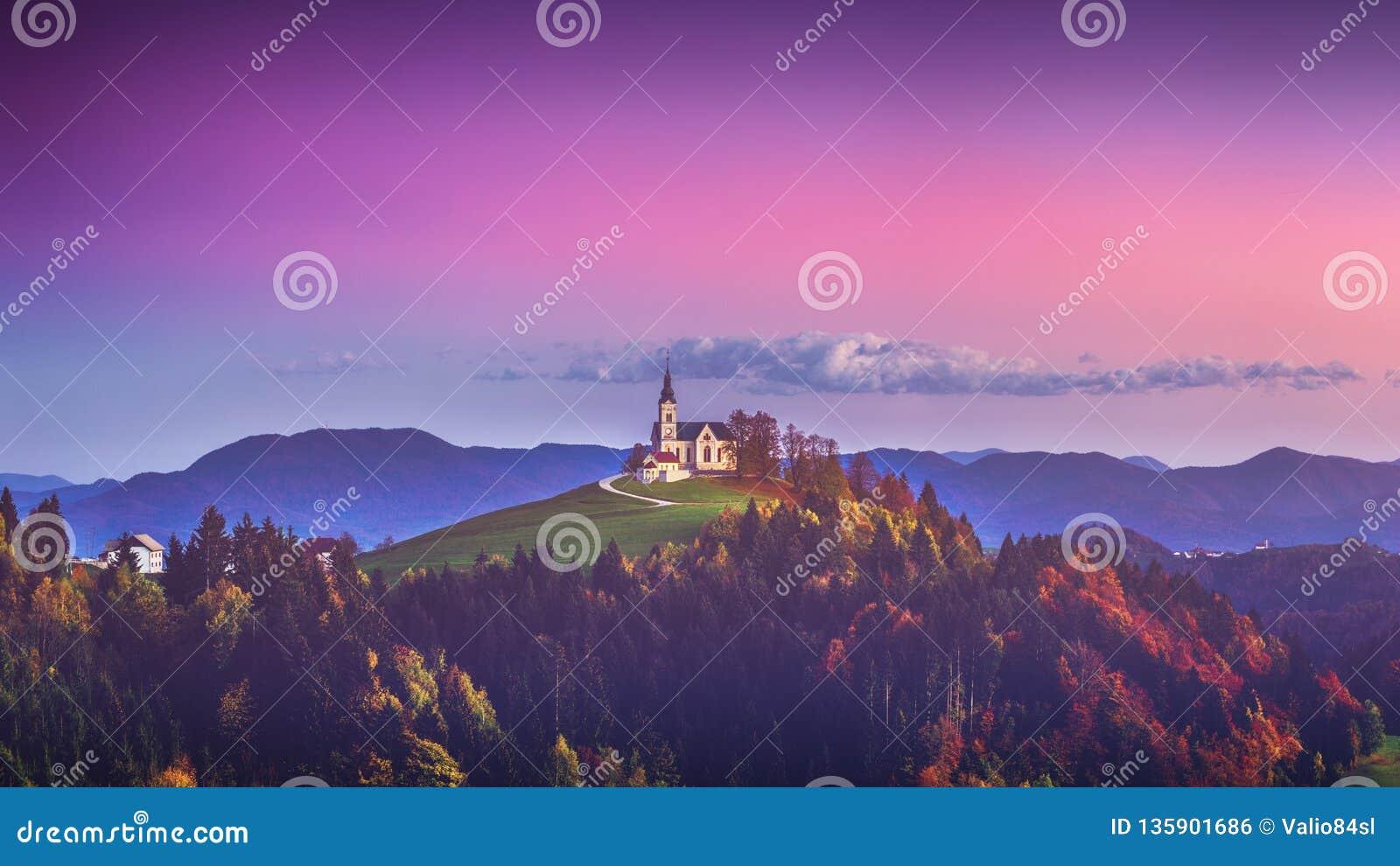 De kerk van Heilige Leonard bevindt zich op de Kerkheuvel dichtbij het dorp van Crni Vrh