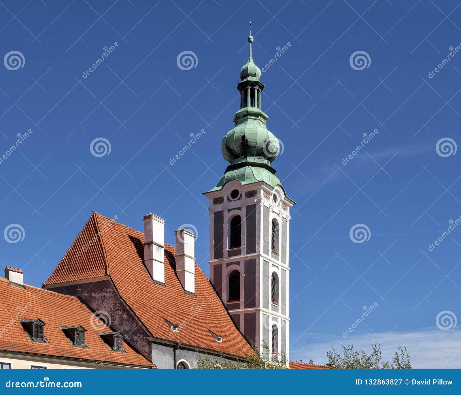 De kerktoren van St Vitus Church in Cesky Krumlov, Tsjechische Republiek