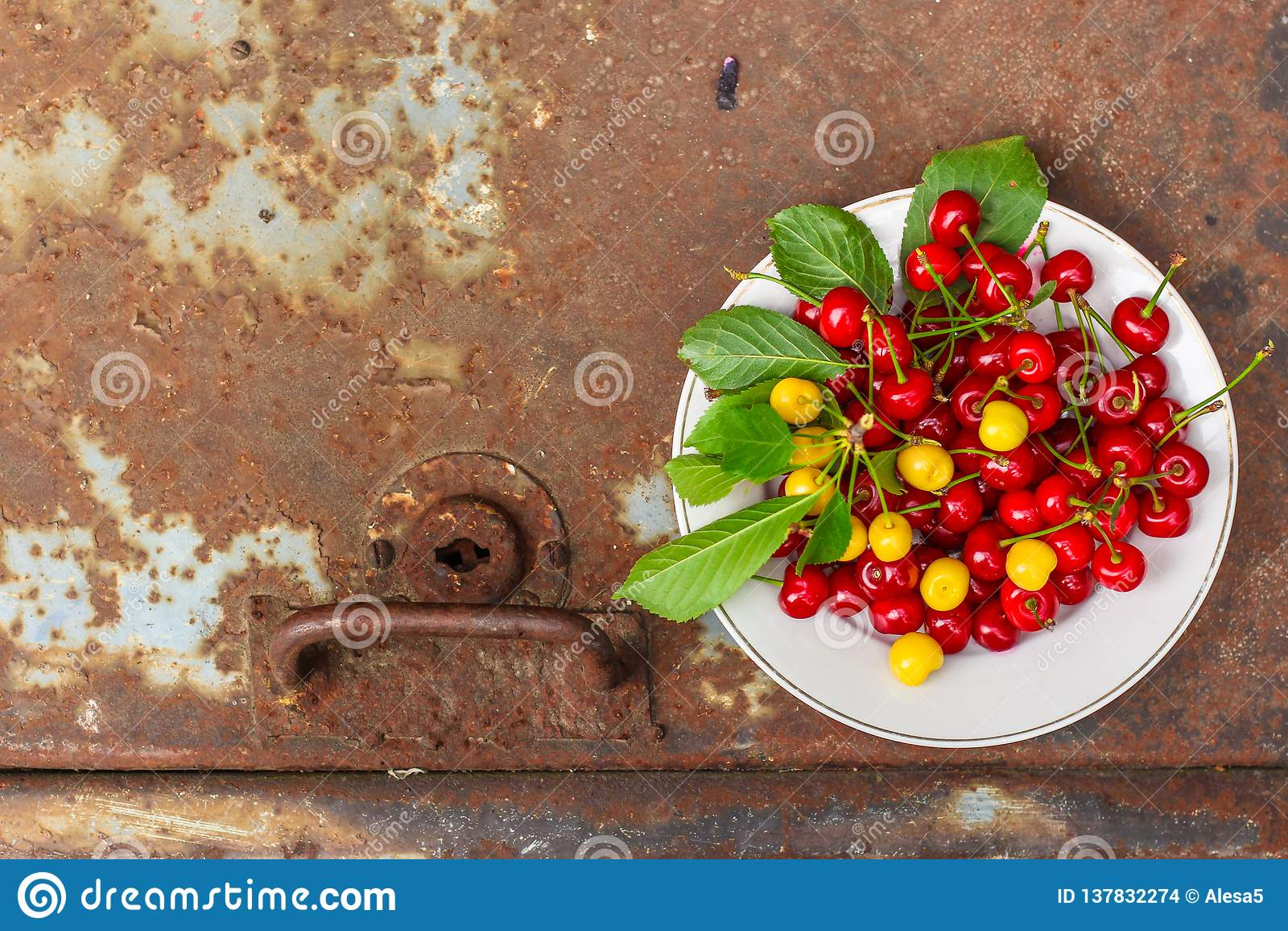 De kersen, fruitbessen, oogsten rijpe en sappige vruchten Hoogste exemplaarruimte De achtergrond van het voedsel