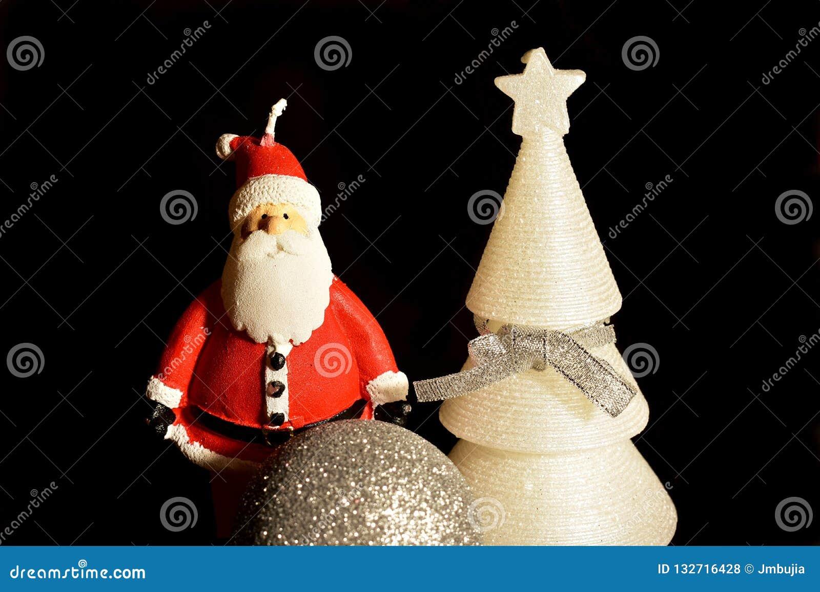 De Kerstman op een slee Kerstmisdecoratie, bal, boom en Santa Claus-kaarsen