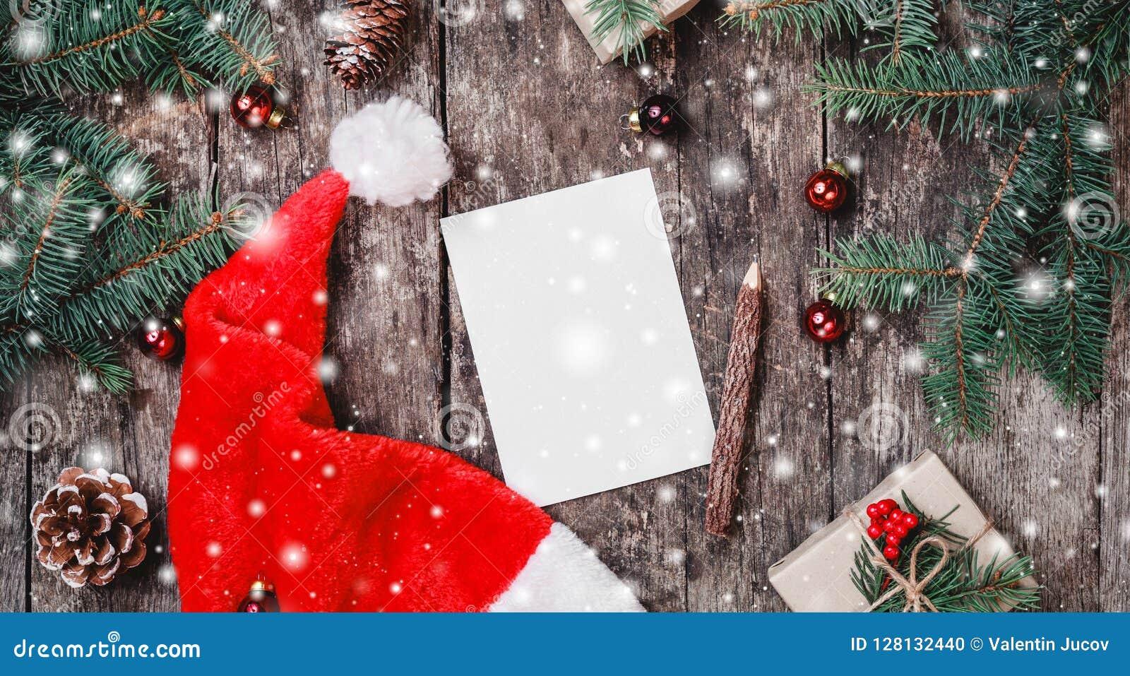 De Kerstmisbrief op houten achtergrond met rode Kerstmanhoed, Spar vertakt zich, denneappels, rode decoratie Kerstmis en gelukkig