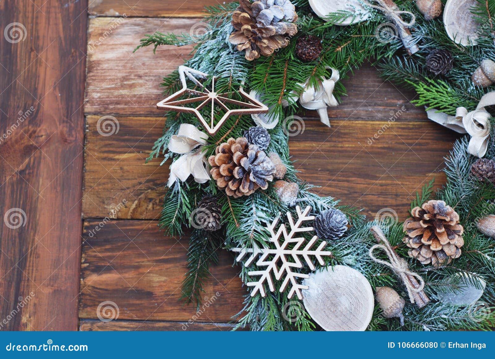 De Kerstmiskroon van Spar vertakt zich, kegels, natuurlijke decoratie op donkere houten achtergrond Kerstmis en gelukkig nieuw ja