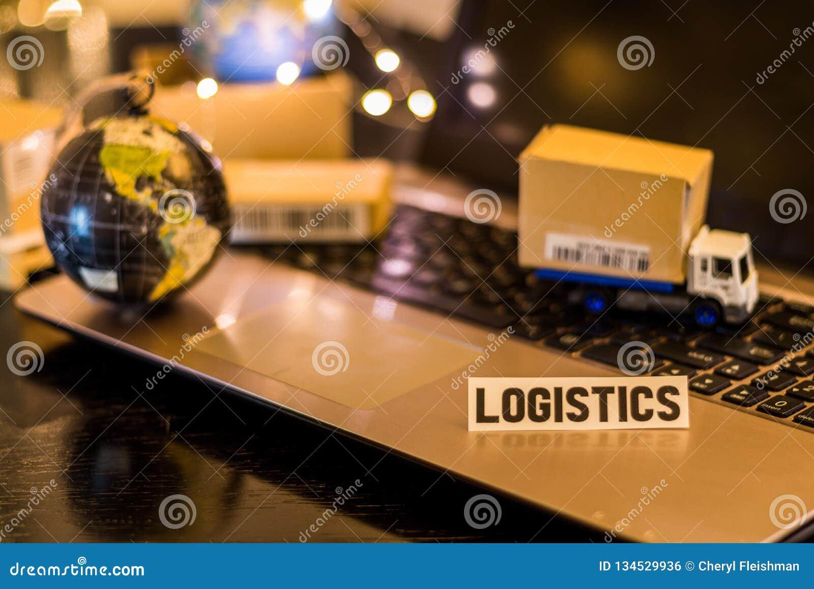 De Keten van de logistieklevering Uitdagingen - van de bedrijfs stillevenlogistiek concept met laptop, telefoon, mini verschepend