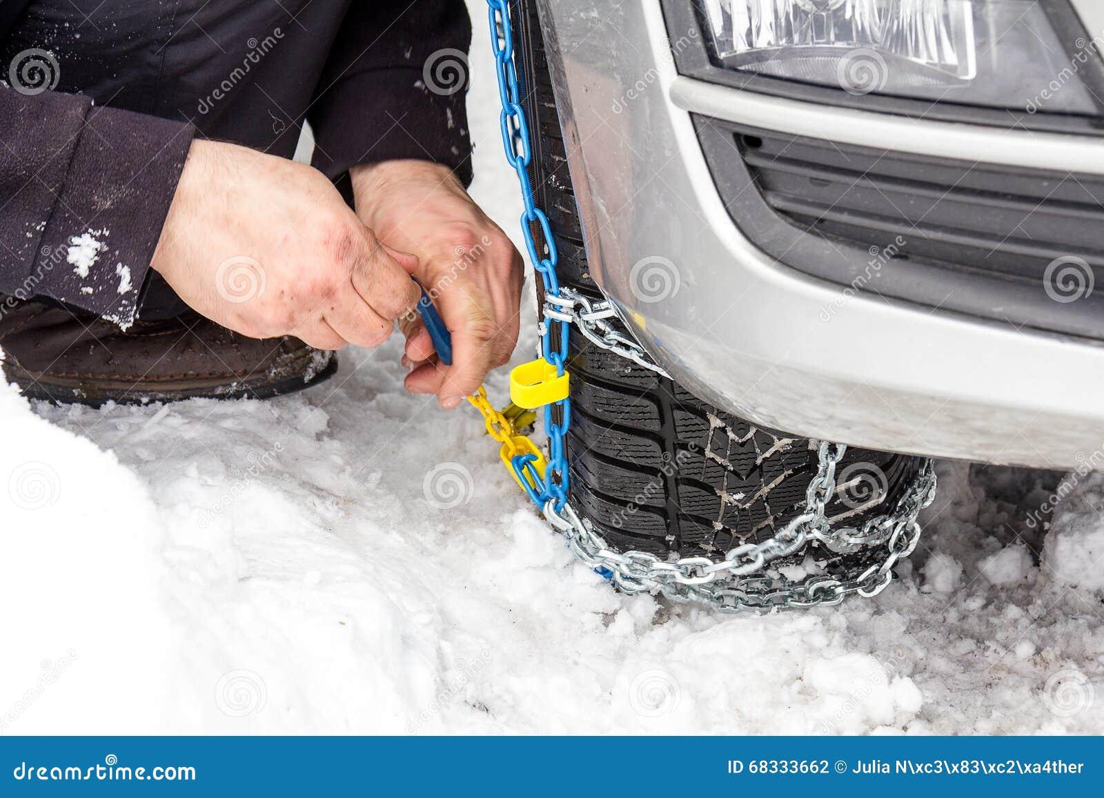 De kettingen van de moeilijke situatiesneeuw op auto