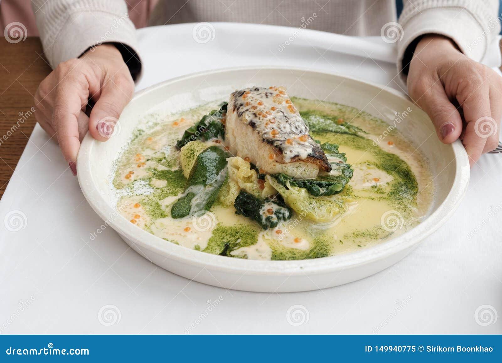 De keuken van Heilbotvissen in een witte plaat met dient kader in