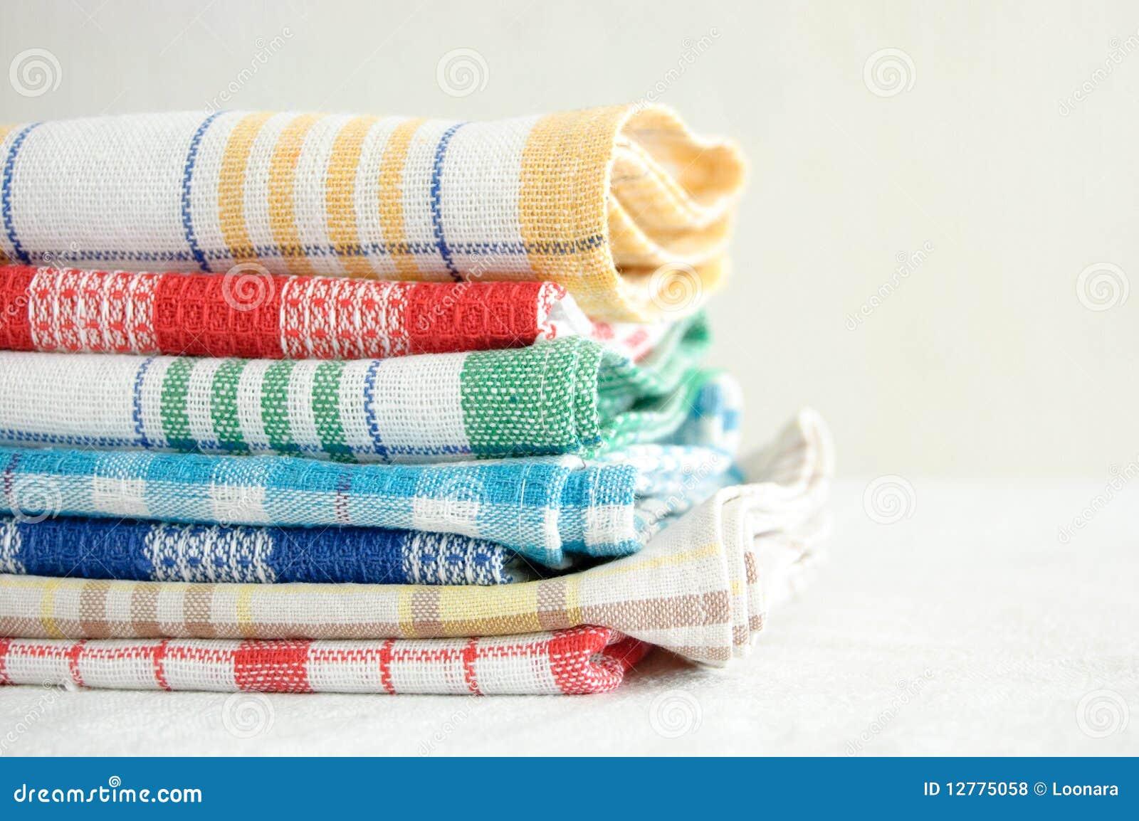Stapel van de handdoeken van de linnenkeuken op een witte achtergrond.