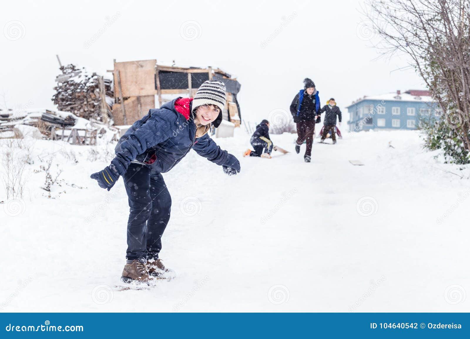 Download De Kinderen Glijden Op Sneeuw In Oude Schoolstijl Met Hardhout Redactionele Fotografie - Afbeelding bestaande uit kinderjaren, activiteit: 104640542
