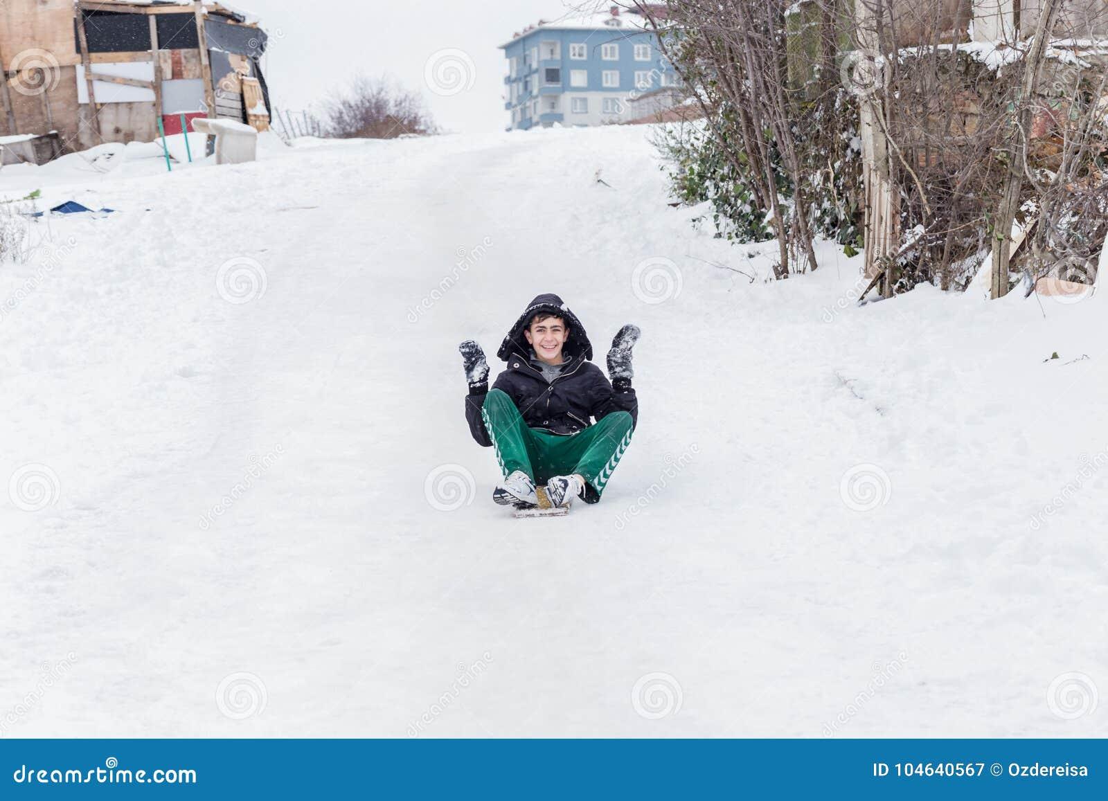 Download De Kinderen Glijden Op Sneeuw In Oude Schoolstijl Met Hardhout Redactionele Fotografie - Afbeelding bestaande uit buiten, hemel: 104640567