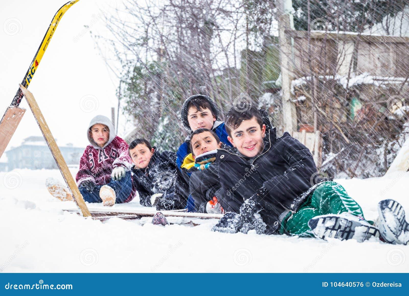 Download De Kinderen Glijden Op Sneeuw In Oude Schoolstijl Met Hardhout Redactionele Foto - Afbeelding bestaande uit activiteit, kind: 104640576