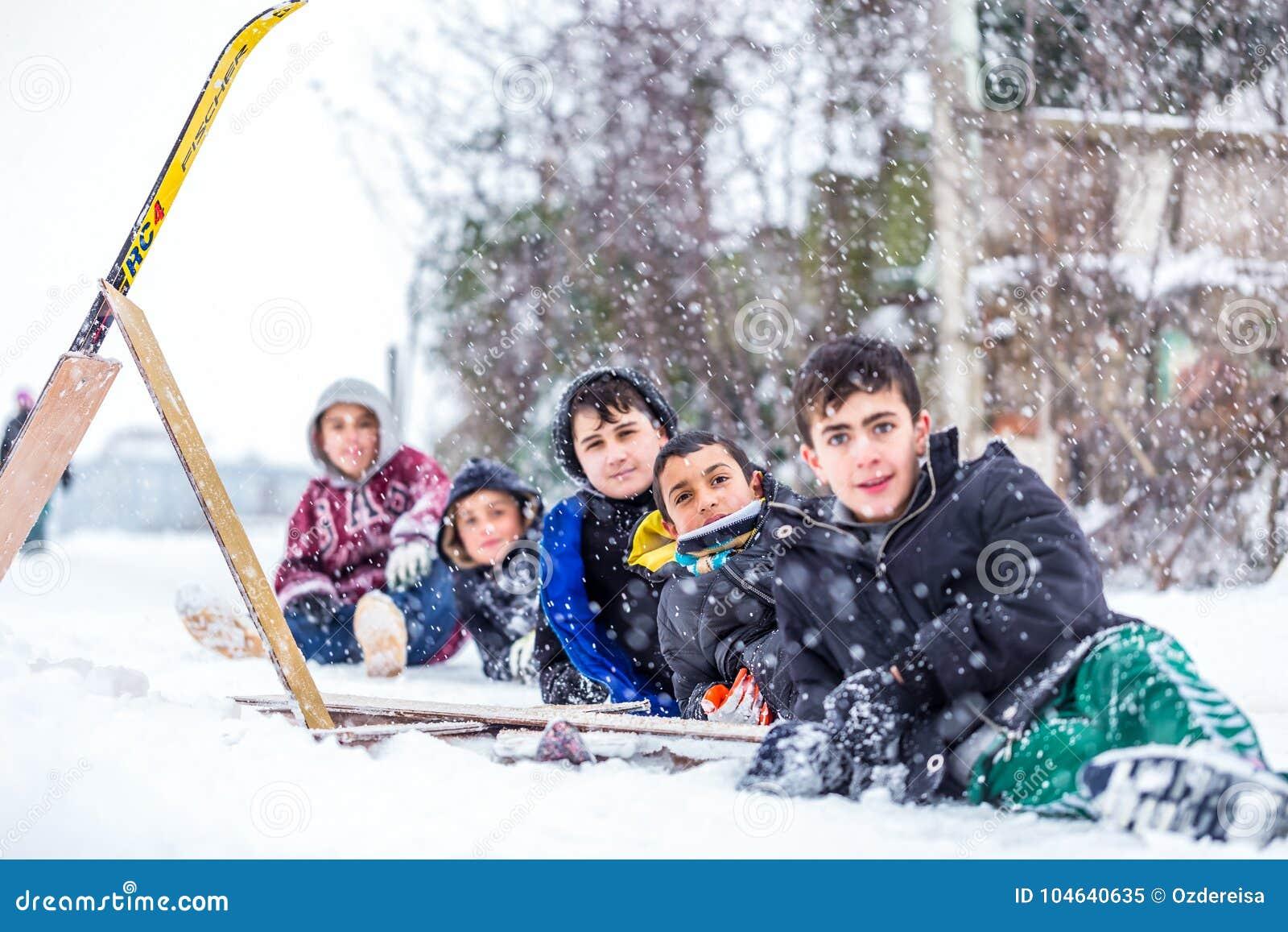 Download De Kinderen Glijden Op Sneeuw In Oude Schoolstijl Met Hardhout Redactionele Afbeelding - Afbeelding bestaande uit sledding, slee: 104640635