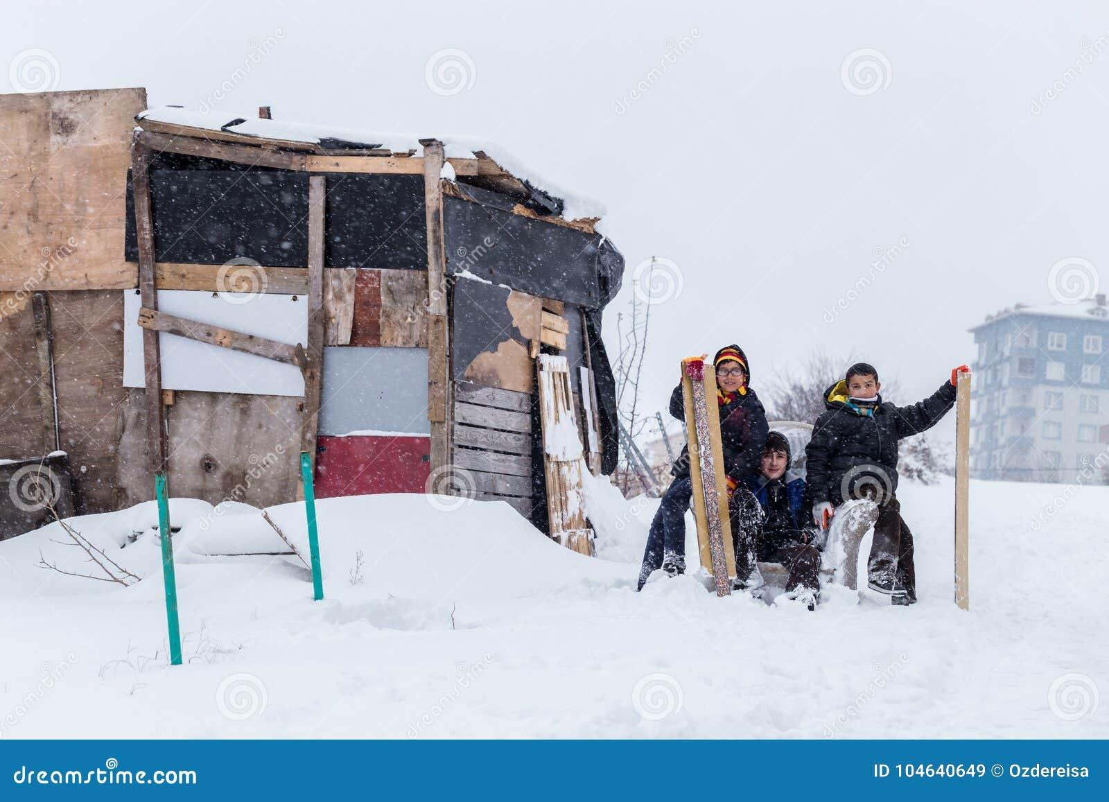 Download De Kinderen Glijden Op Sneeuw In Oude Schoolstijl Met Hardhout Redactionele Stock Afbeelding - Afbeelding bestaande uit vrolijkheid, sneeuw: 104640649