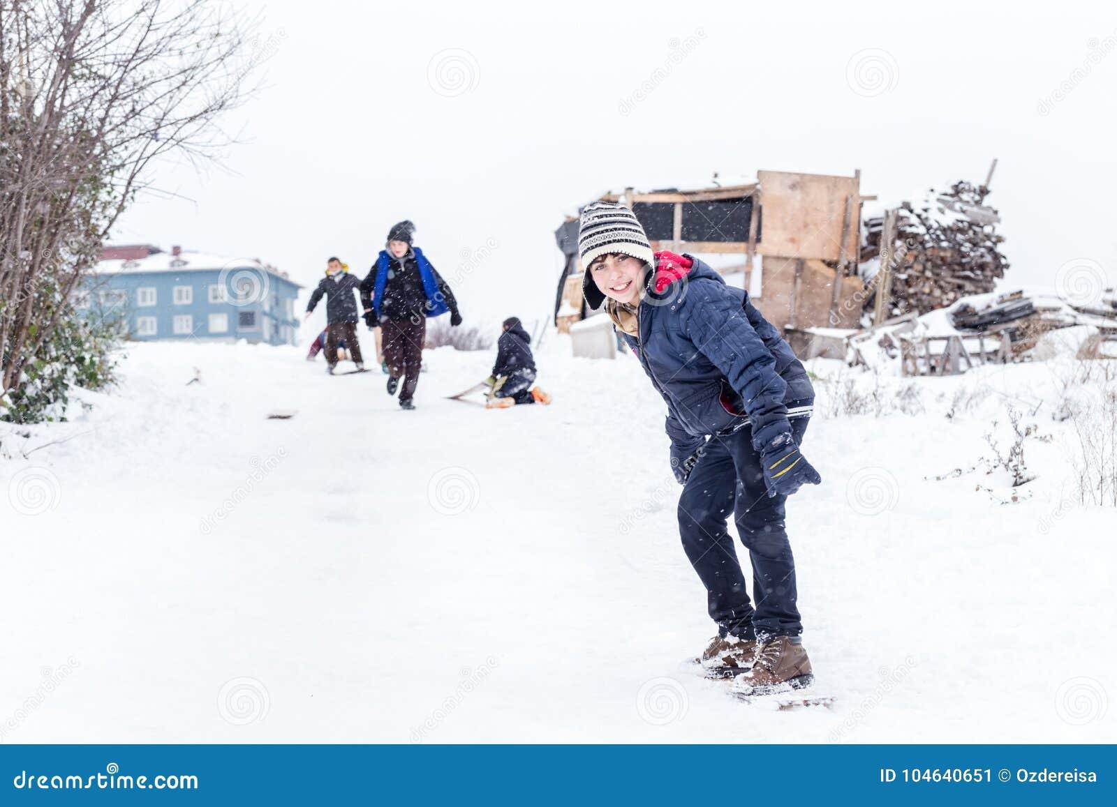 Download De Kinderen Glijden Op Sneeuw In Oude Schoolstijl Met Hardhout Redactionele Foto - Afbeelding bestaande uit seizoen, park: 104640651