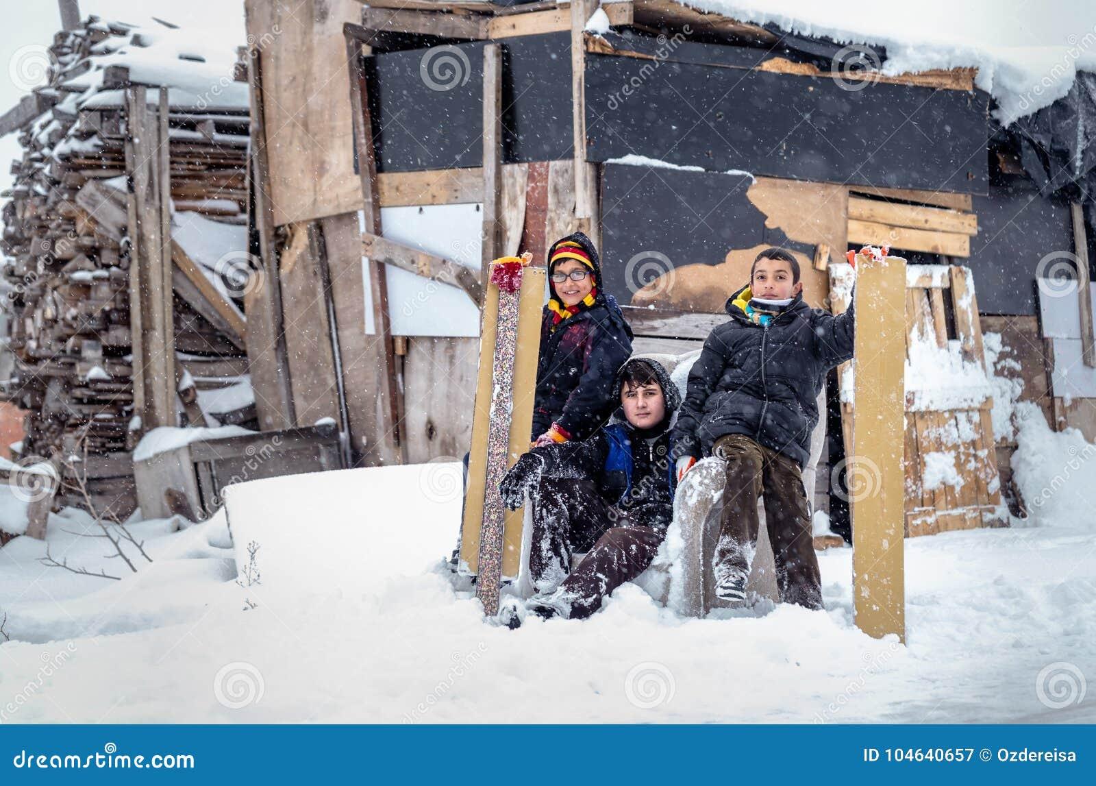 Download De Kinderen Glijden Op Sneeuw In Oude Schoolstijl Met Hardhout Redactionele Fotografie - Afbeelding bestaande uit weinig, glimlach: 104640657