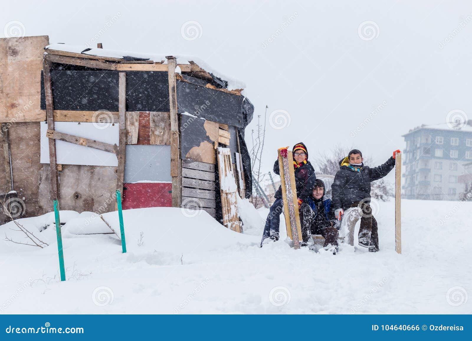 Download De Kinderen Glijden Op Sneeuw In Oude Schoolstijl Met Hardhout Redactionele Foto - Afbeelding bestaande uit park, openlucht: 104640666