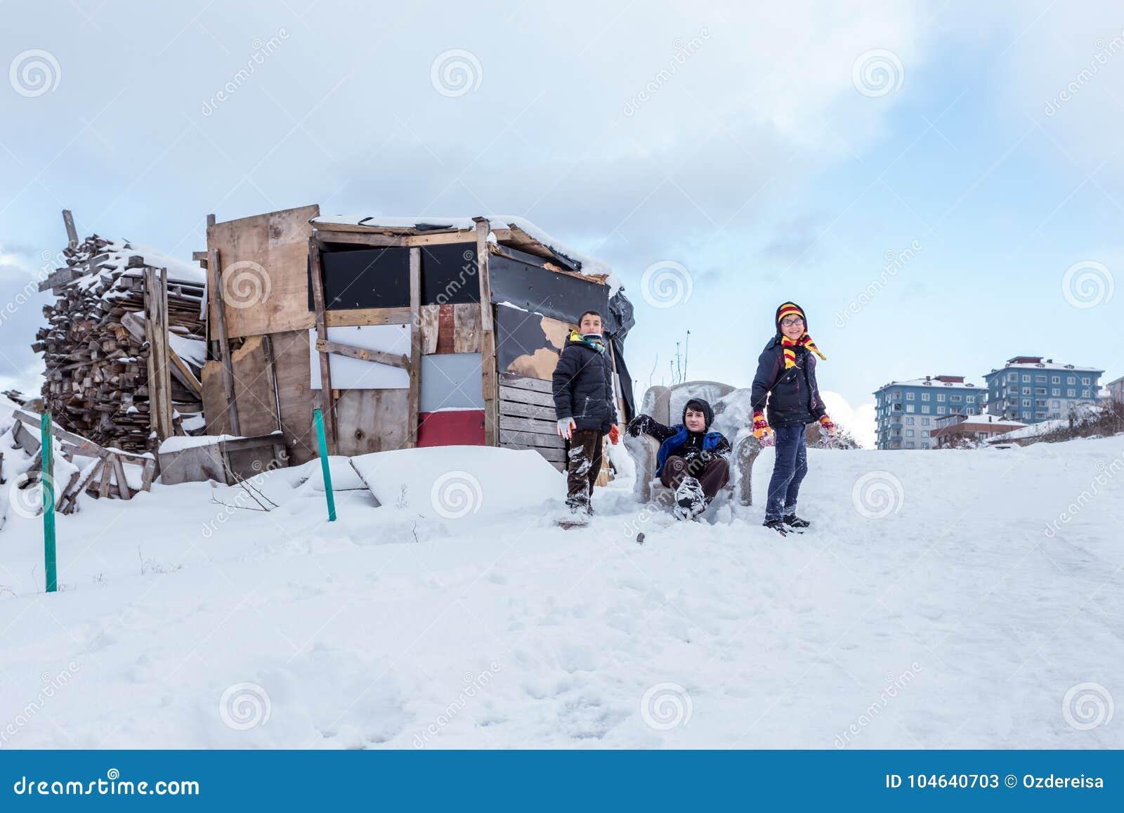 Download De Kinderen Glijden Op Sneeuw In Oude Schoolstijl Met Hardhout Redactionele Stock Foto - Afbeelding bestaande uit vreugde, speels: 104640703